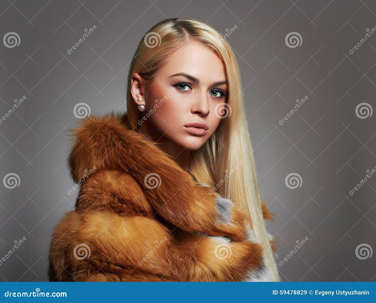 Zimy kobieta w Luksusowym Futerkowym żakiecie Piękno mody modela dziewczyna