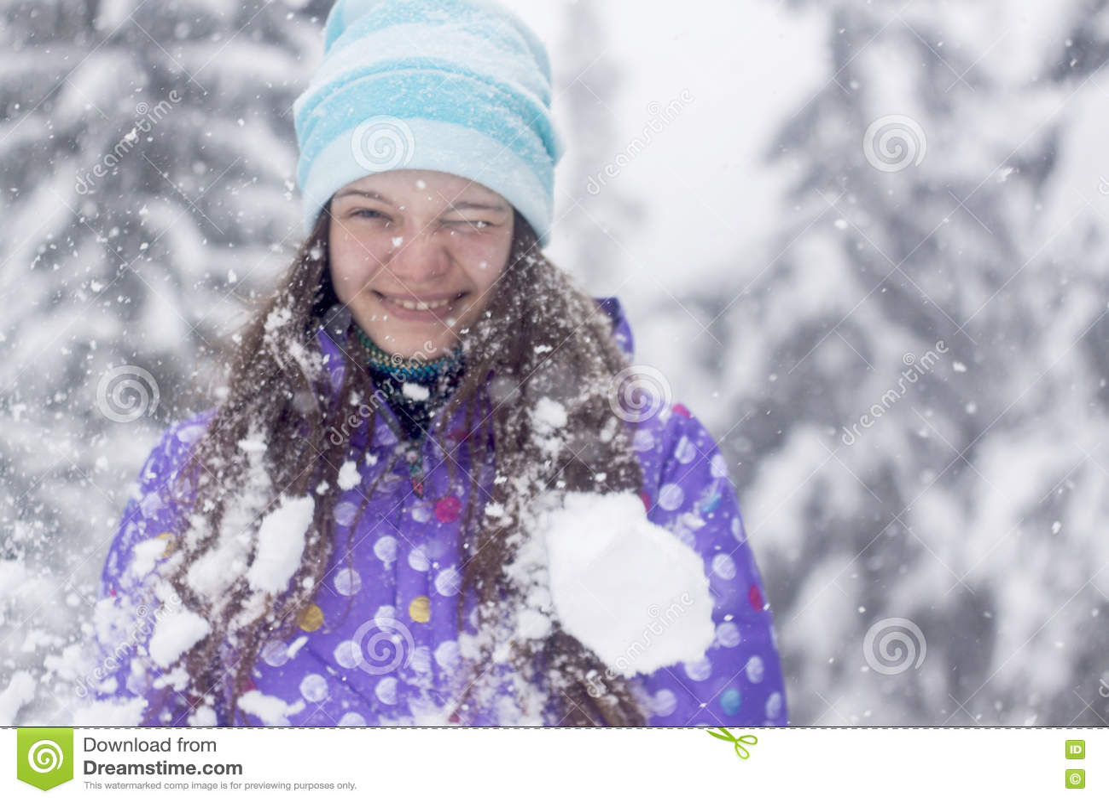 Zimy kobiety portreta śnieżny spadek