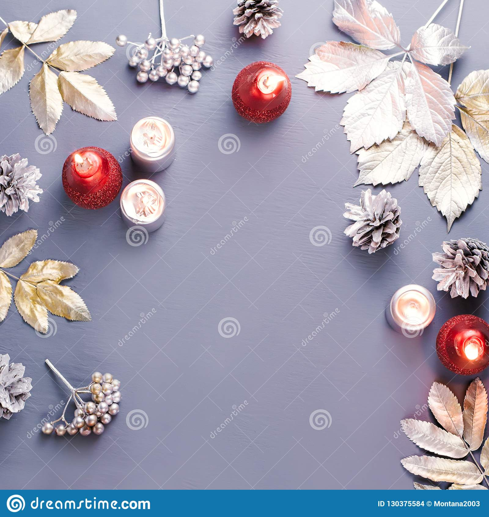 Zimy pojęcia mieszkanie kłaść z srebnymi liśćmi, lampionem, świeczkami i gorącą kawą, Boże Narodzenia obramiają tło