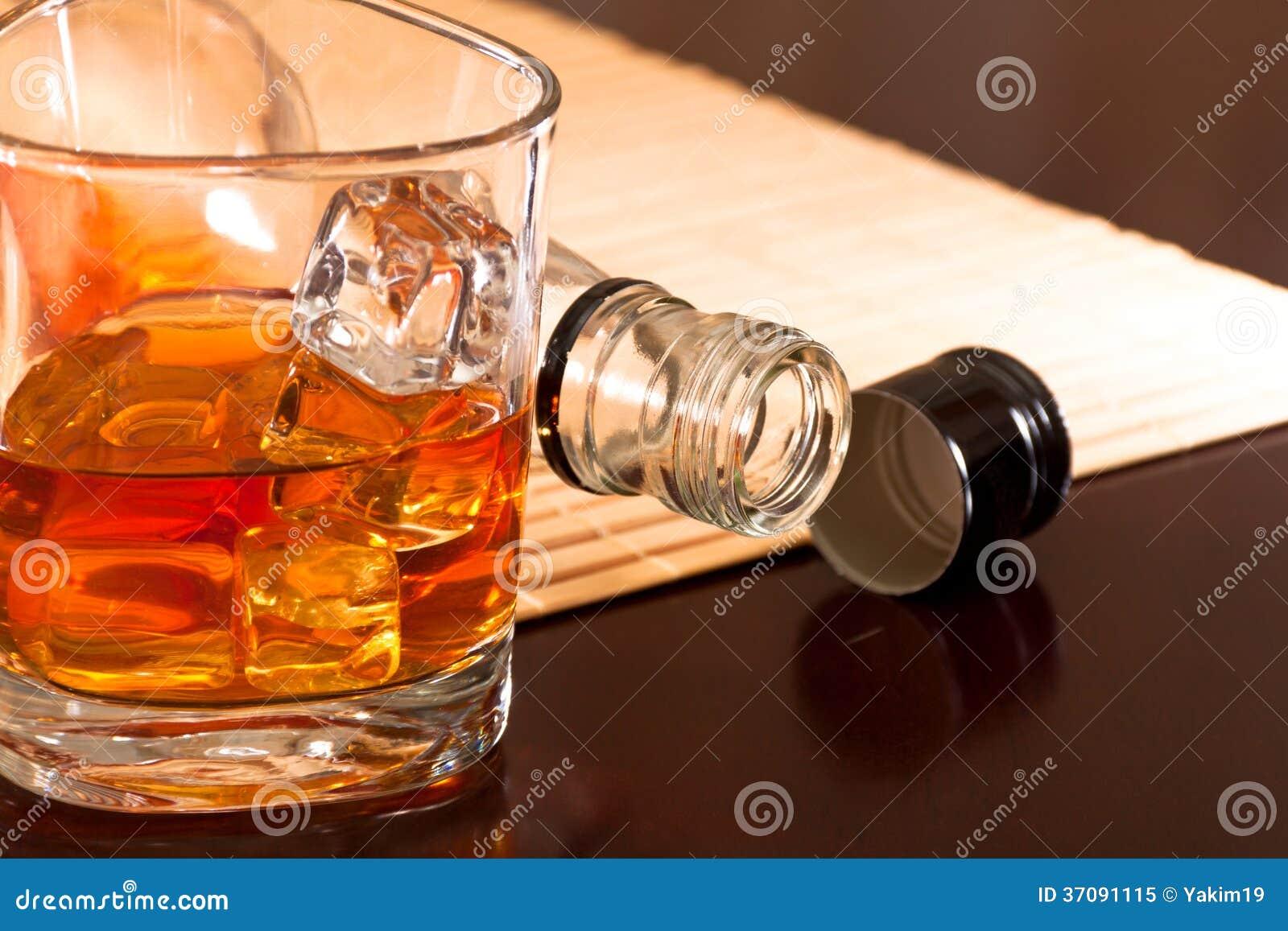Download Zimy rozgrzewkowy whisky obraz stock. Obraz złożonej z fluid - 37091115
