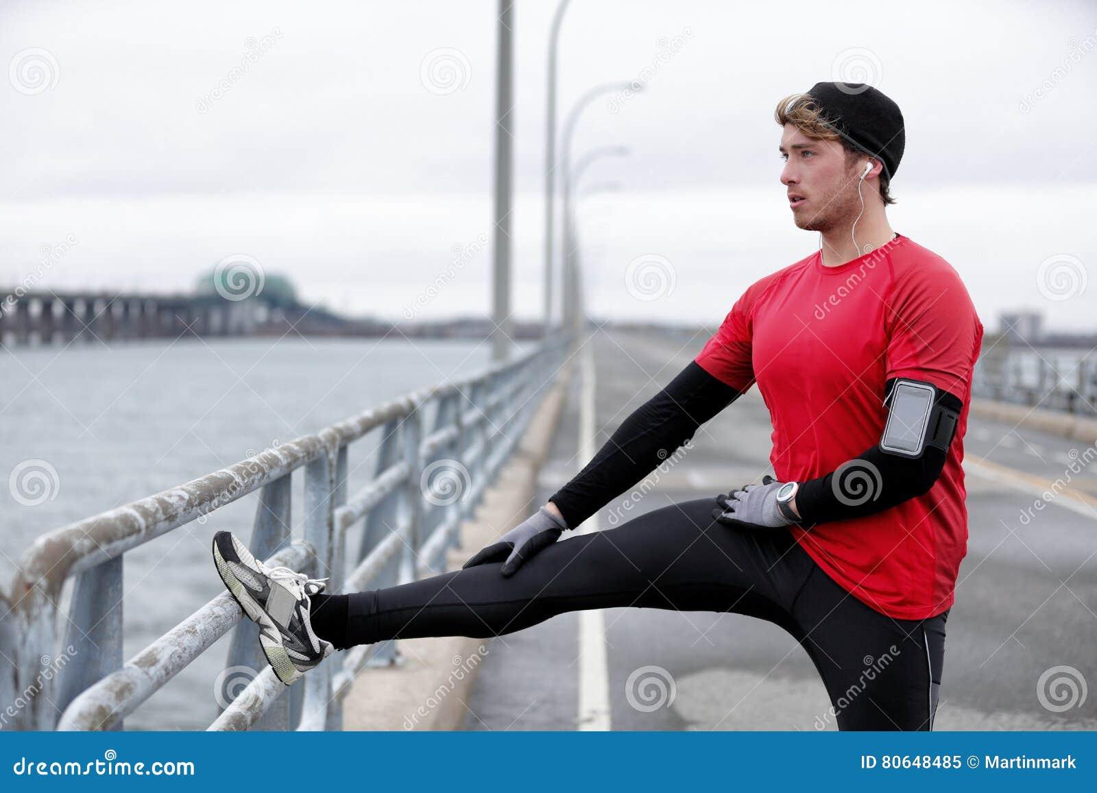 Zimy sprawności fizycznej bieg mężczyzna rozgrzewka rozciąga nogi