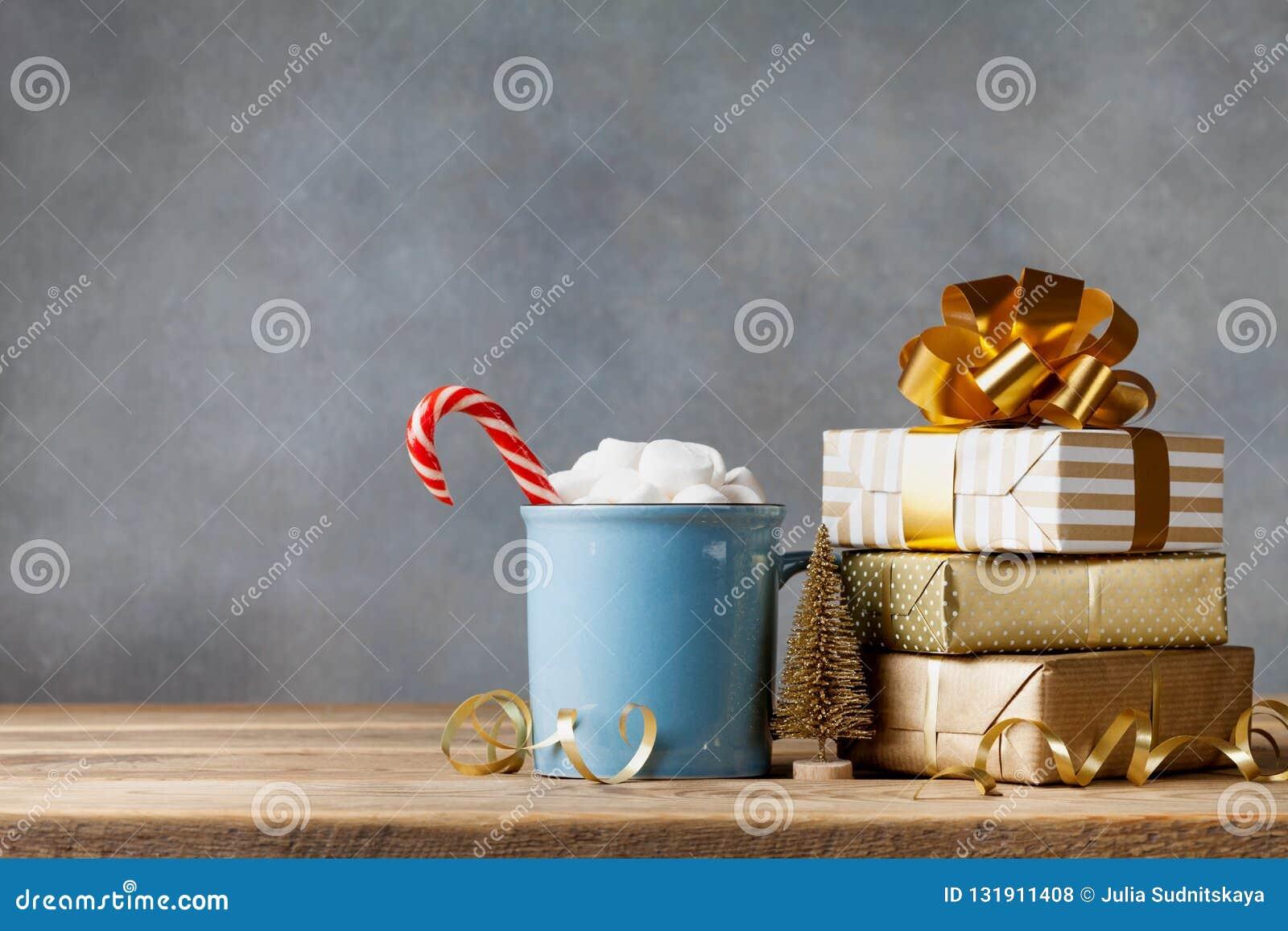 Zimy styl życia z filiżanką gorący kakao z marshmallows, Bożenarodzeniowymi pudełka i wakacyjne dekoracje prezenta lub teraźniejs