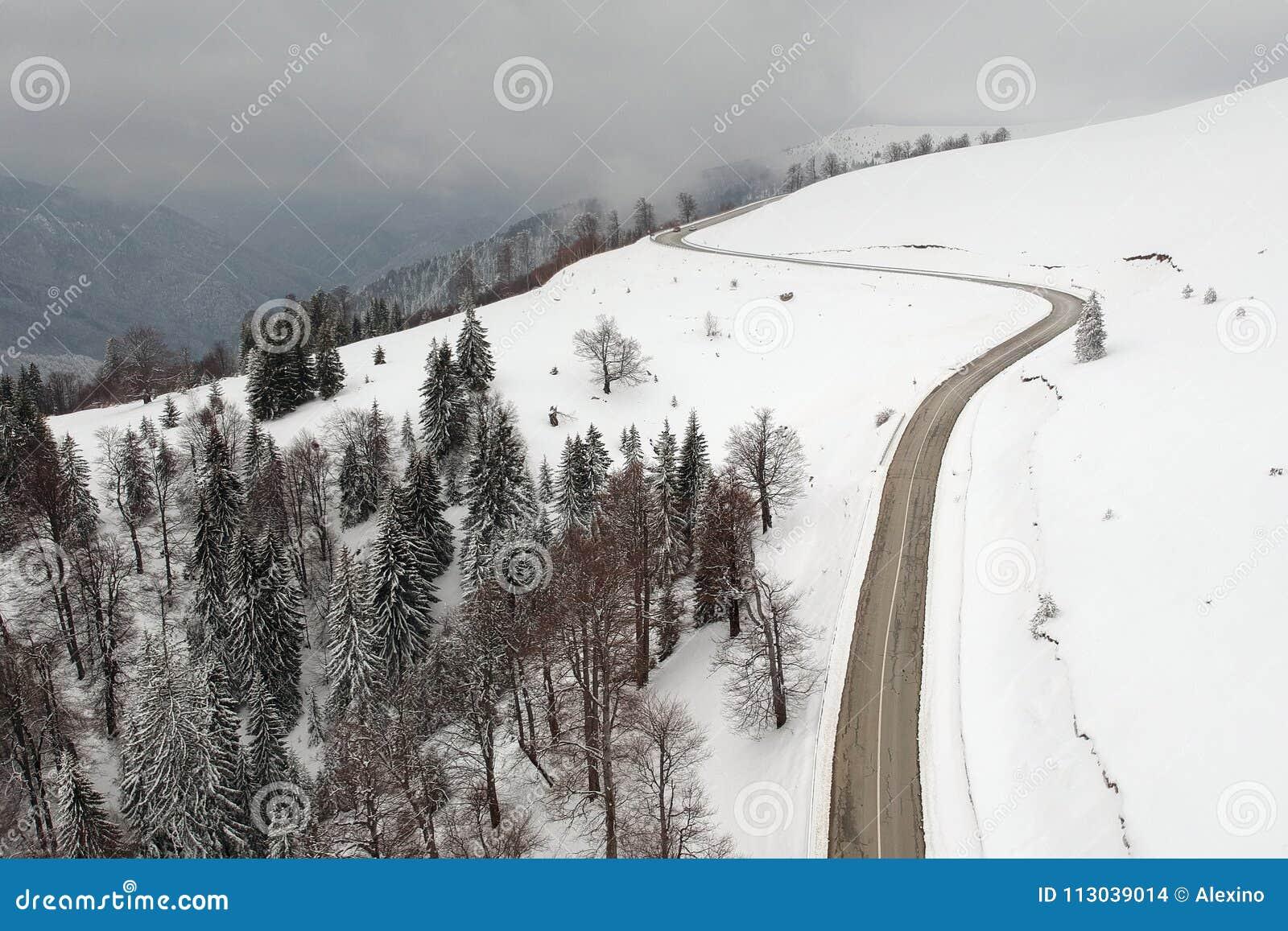 Zimy widok z lotu ptaka nad Transalpina mountainb droga