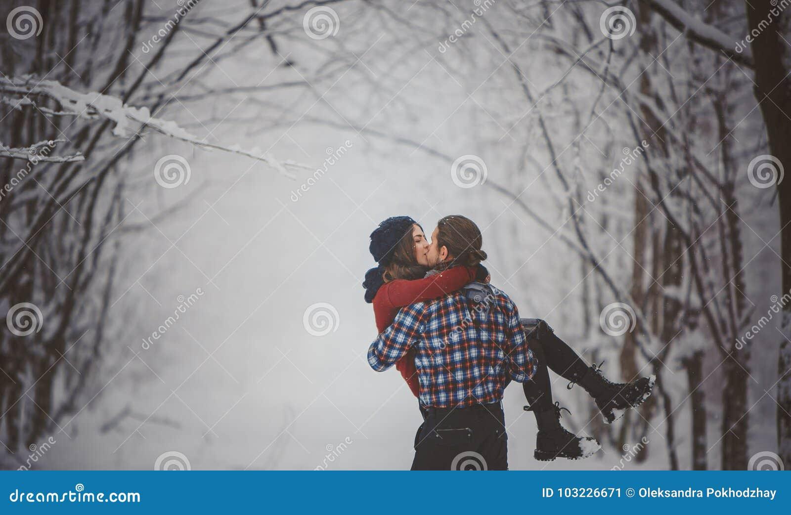 Zimy zabawy para figlarnie podczas zima wakacji wpólnie
