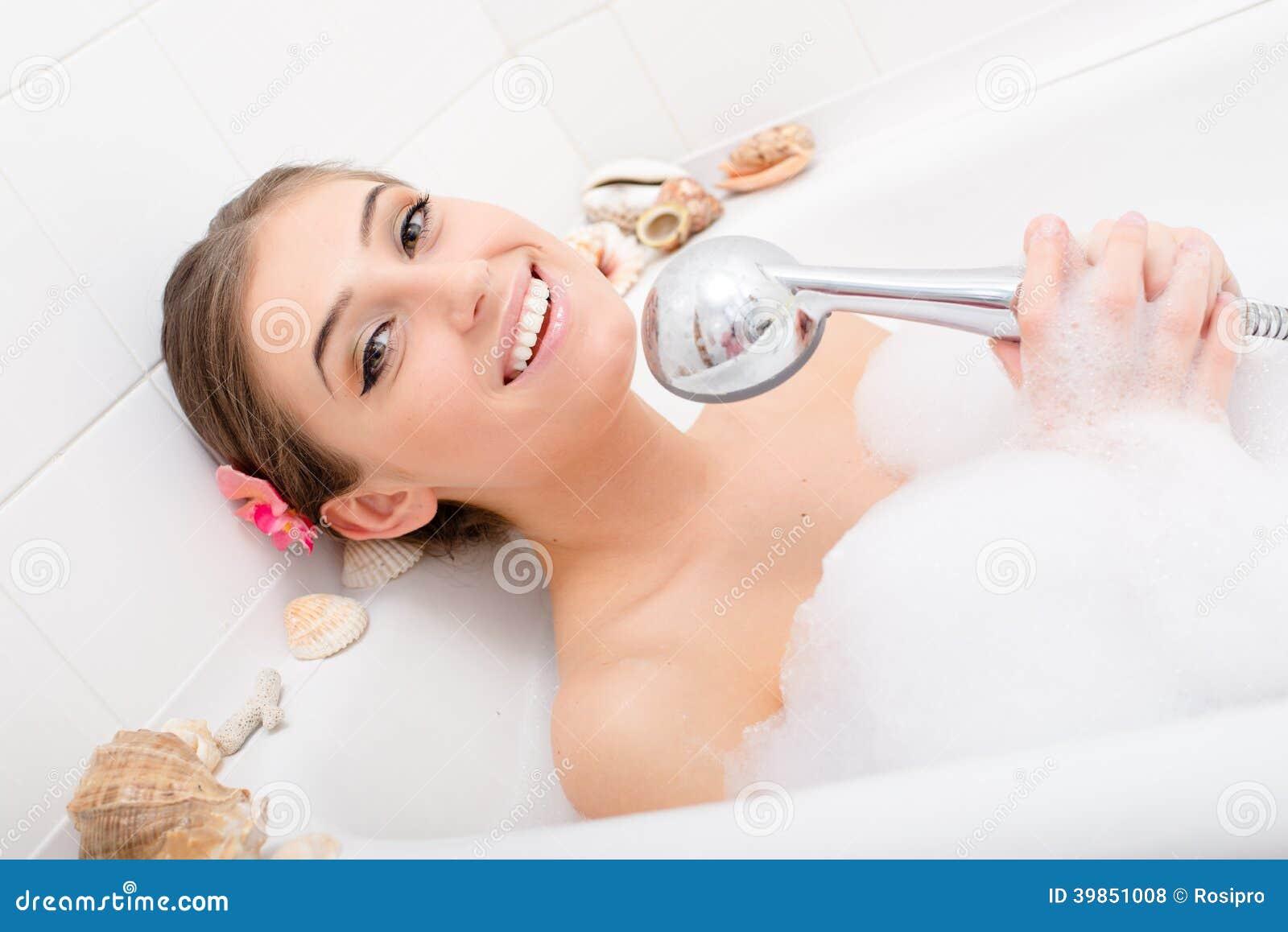 Zingend kuuroord het mooie gelukkige het glimlachen for Hot bathrooms photos
