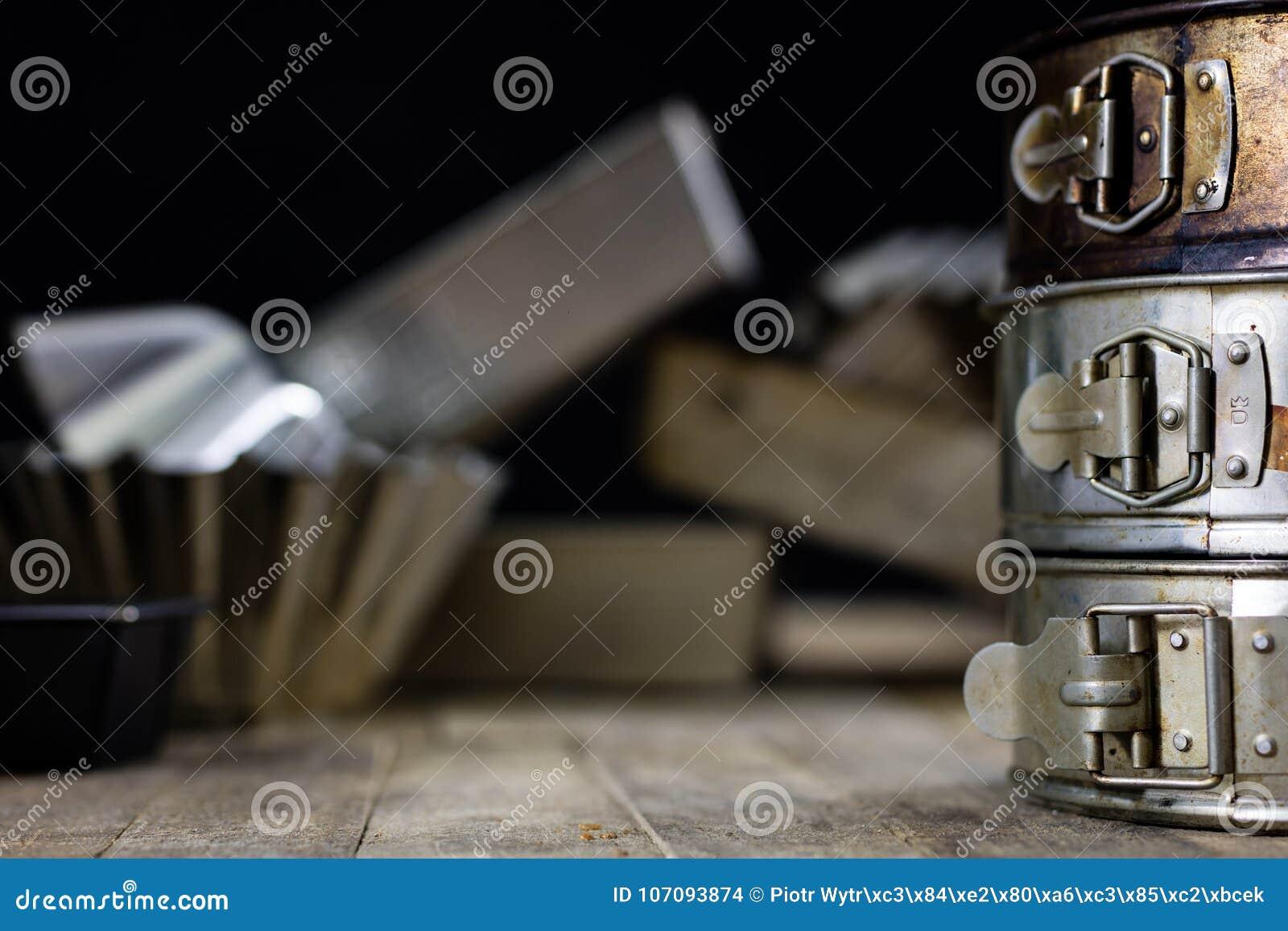 Zinn Und Backenformen Auf Einem Holztisch Altes Kuchenzubehor Stockfoto Bild Von Zinn Holztisch 107093874