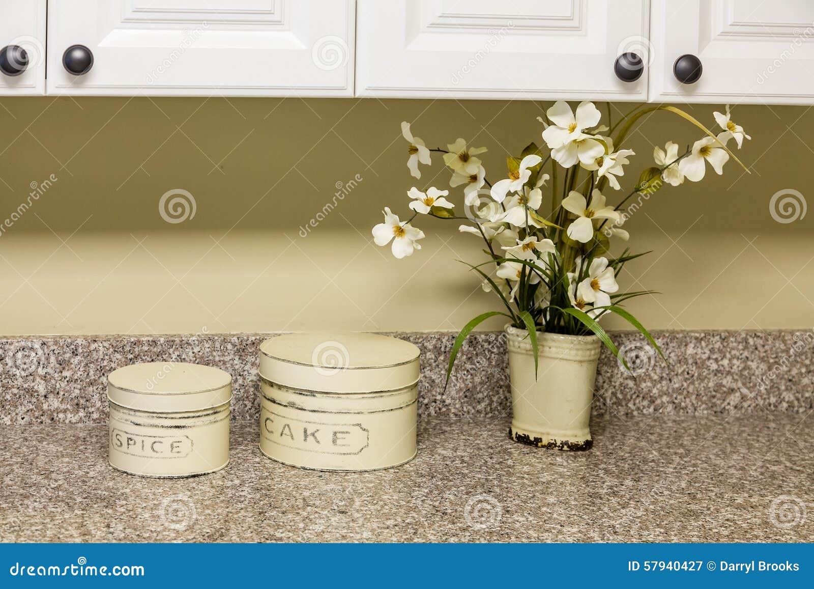 Zinn Und Blumen Auf Küchenarbeitsplatte Stockbild - Bild von ...