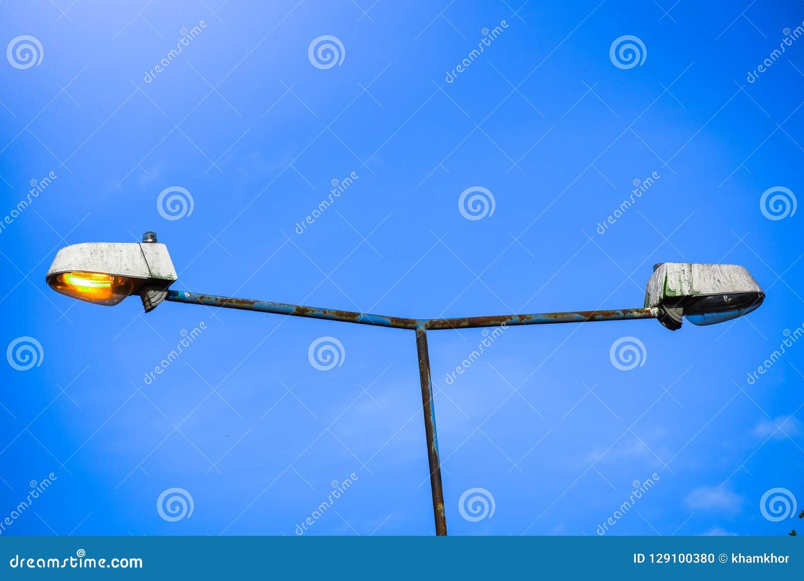 Zinvolle en conceptuele straatlantaarnpost die Goed tegenover Slecht betekent, juist tegenover verkeerd, correct tegenover onjuis