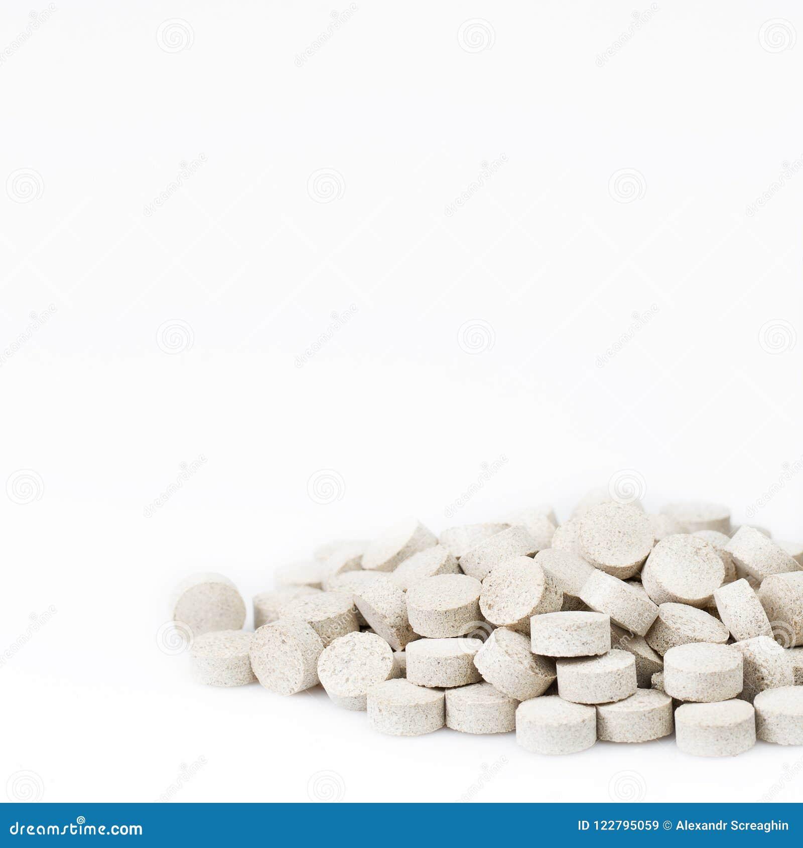 Ziołowe pigułki lub kapsuły na whie tle z kopii przestrzenią Lek recepta dla traktowania lekarstwa pharmaceutical