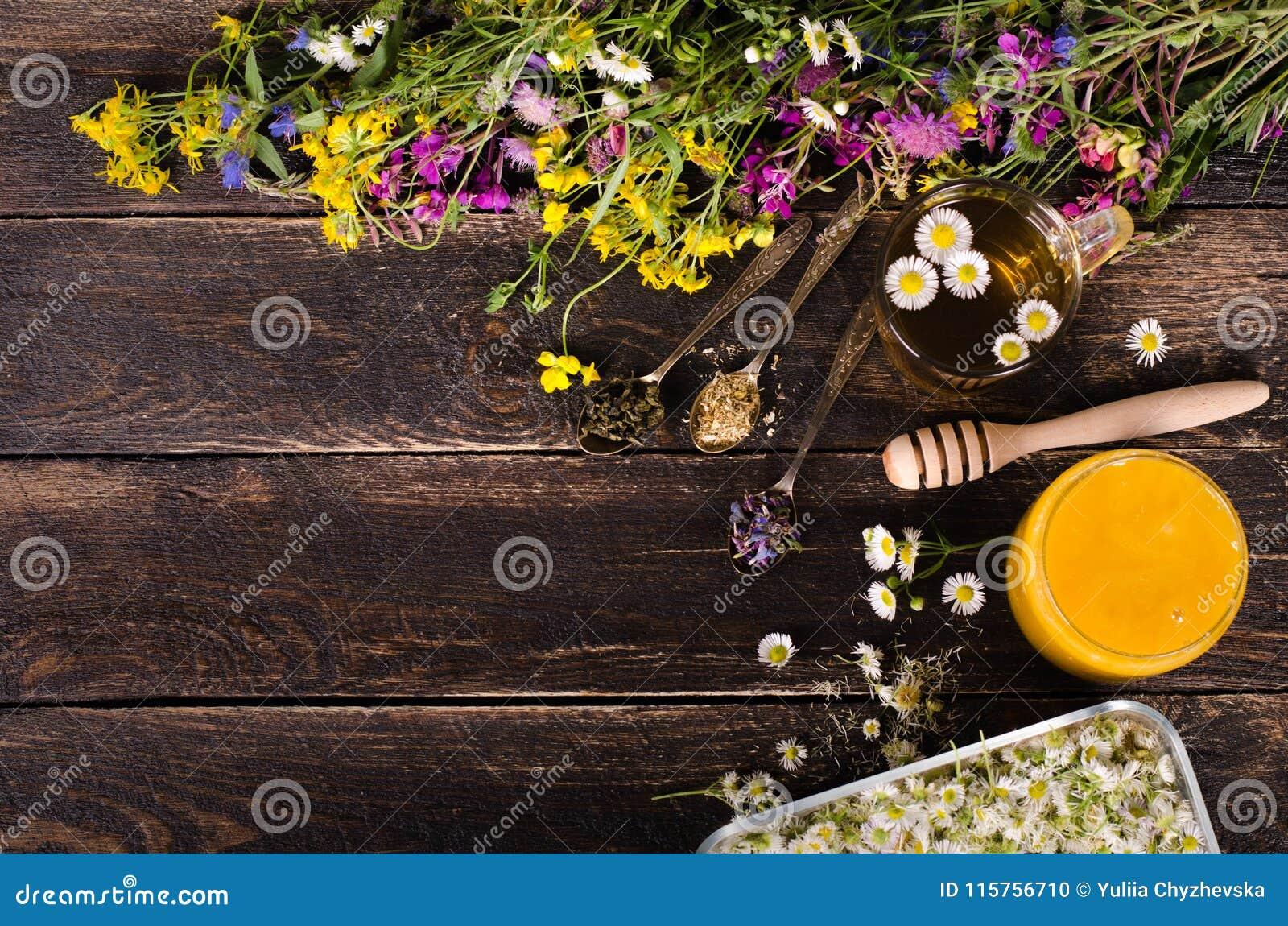 Ziołowy miód z dzikimi kwiatami i różnorodnymi ziele pojęcie zdrowego stylu życia Uwalnia przestrzeń dla twój teksta