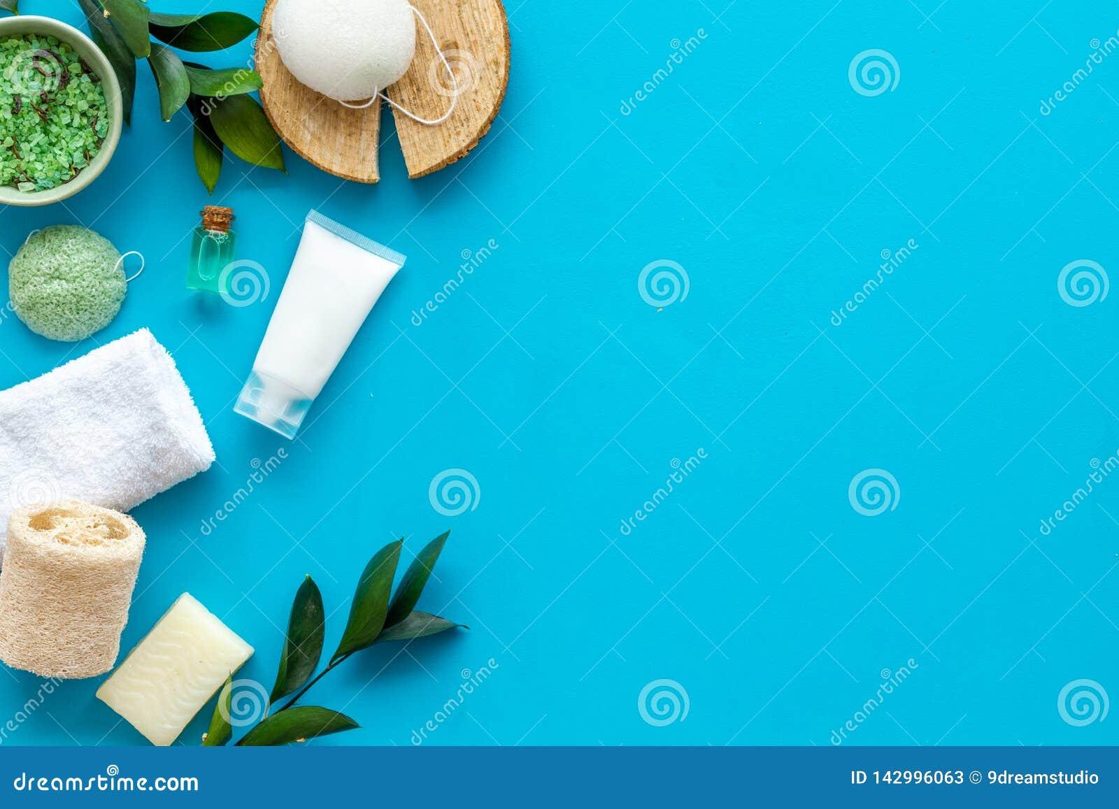 Ziołowy organicznie kosmetyczny ustawiający dla domowej roboty zdroju na błękitnym tle flatlay w górę