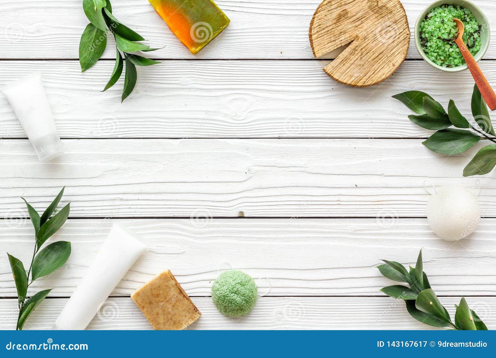 Ziołowy organicznie kosmetyczny ustawiający dla domowej roboty zdroju na białym drewnianym tle flatlay w górę