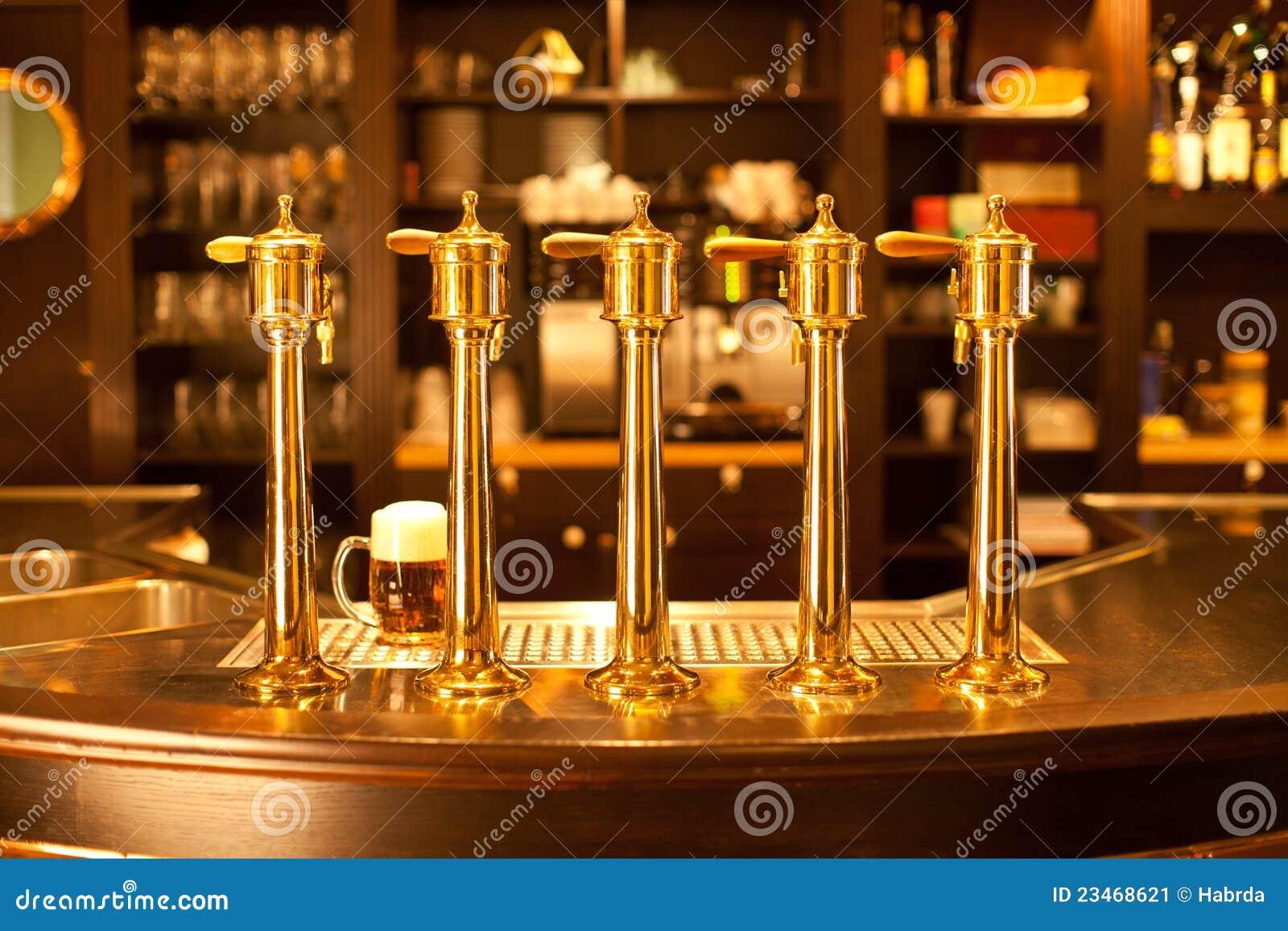Zipolo della birra dell oro alla fabbrica di birra