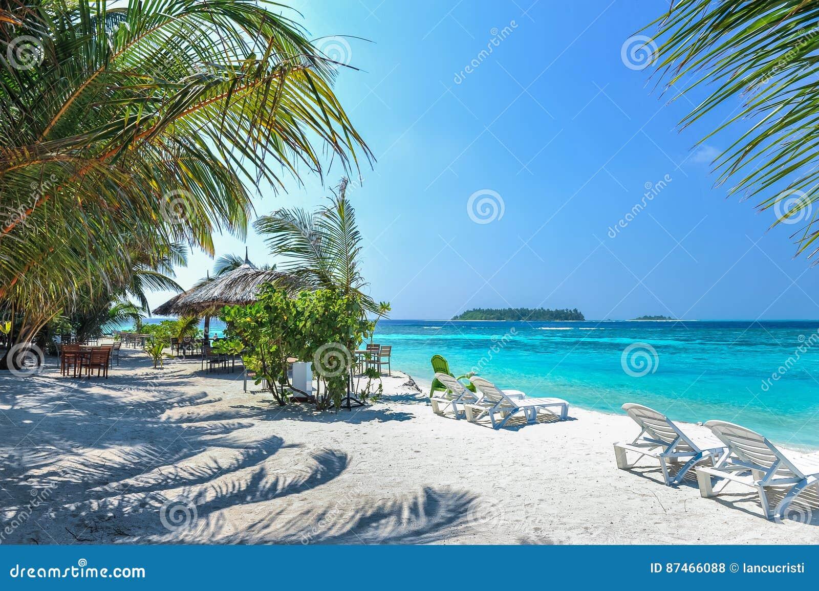 Zitkamerstoelen op een mooi tropisch strand in de maldiven