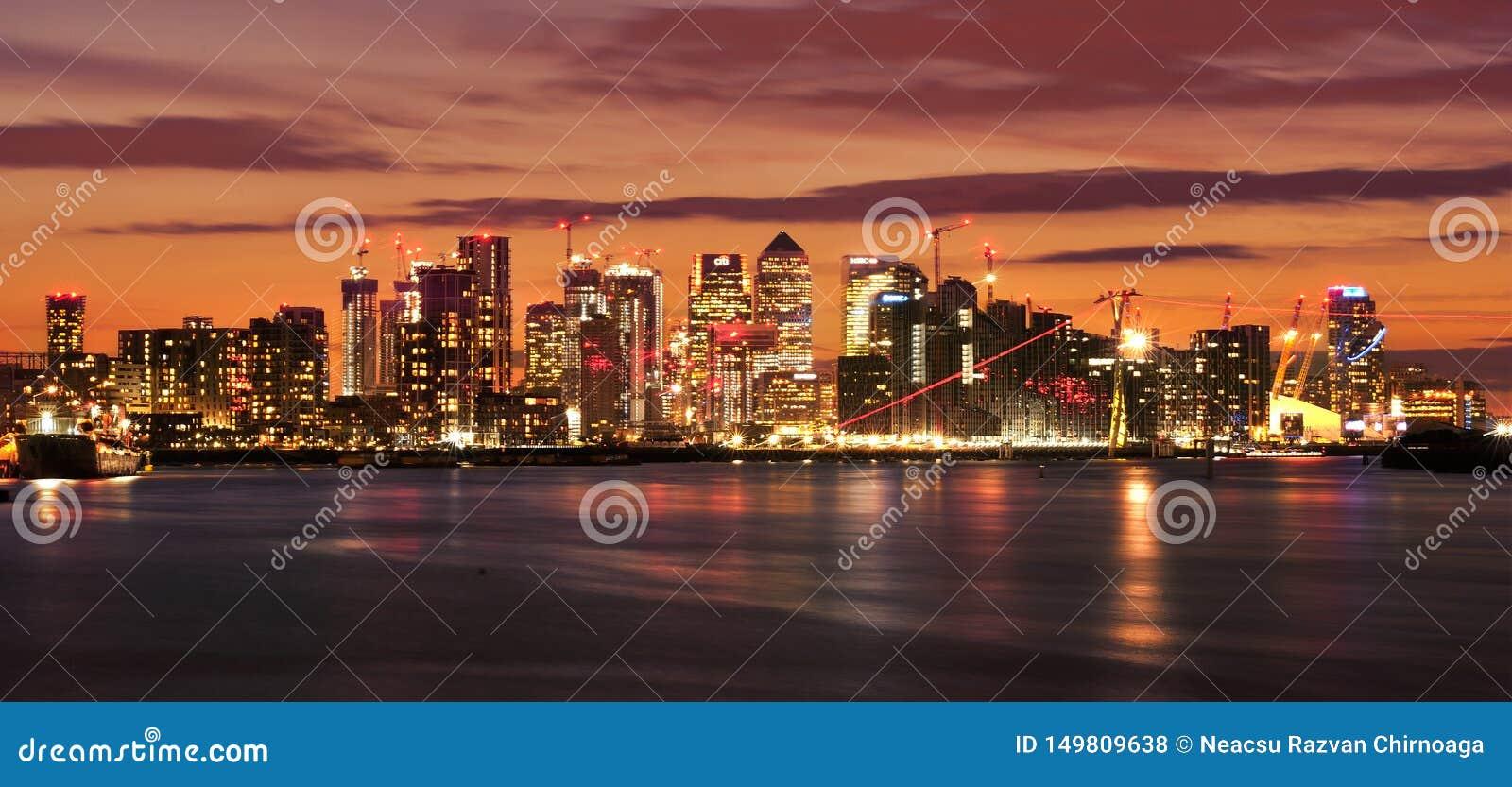 Zitronengelber Kai nachts Belichtete Finanzbezirksskyline in London, Gro?britannien B?rofensterlichter auf den Wolkenkratzern von