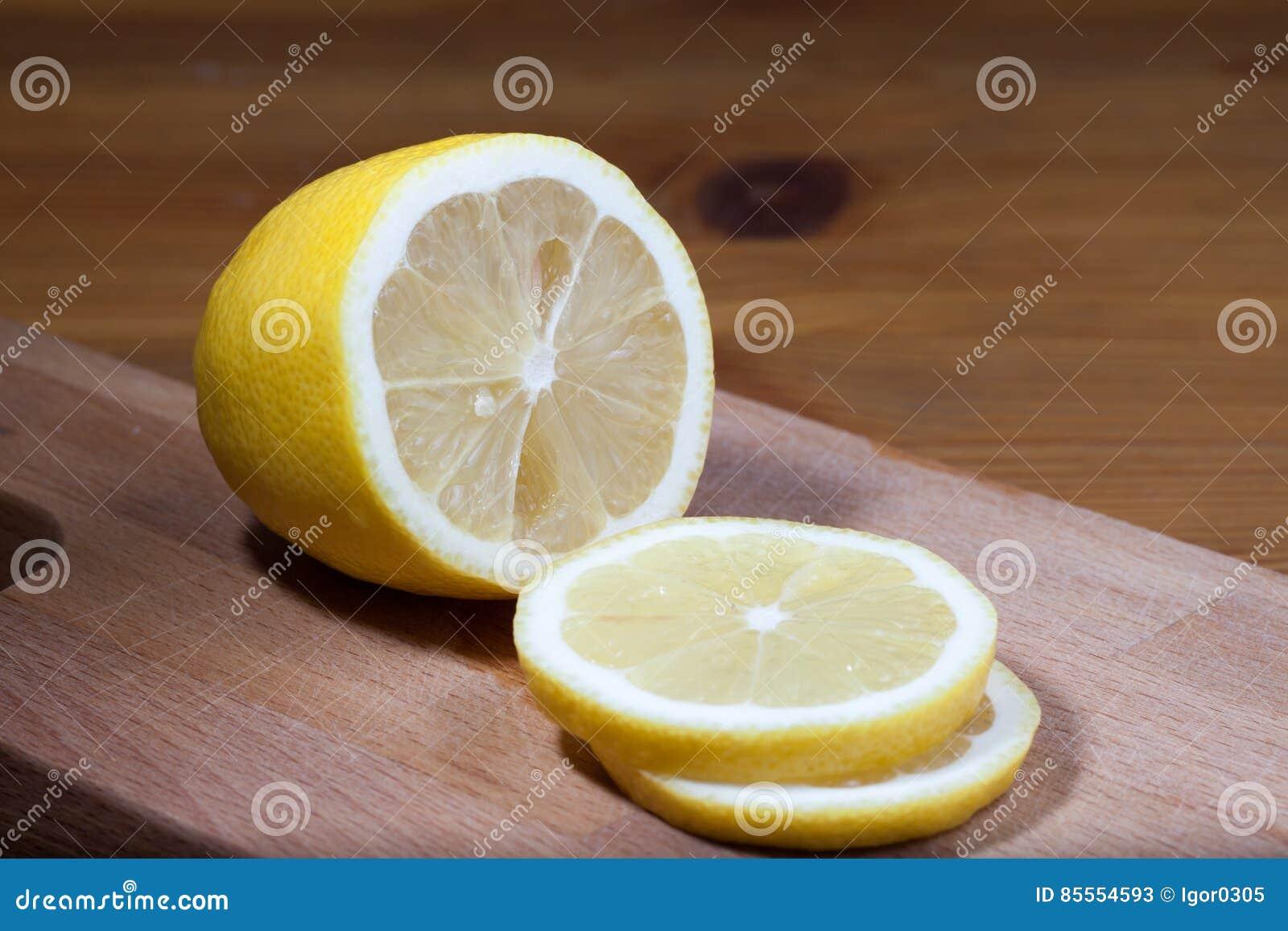 Zitronenscheiben auf dem Schneidebrett