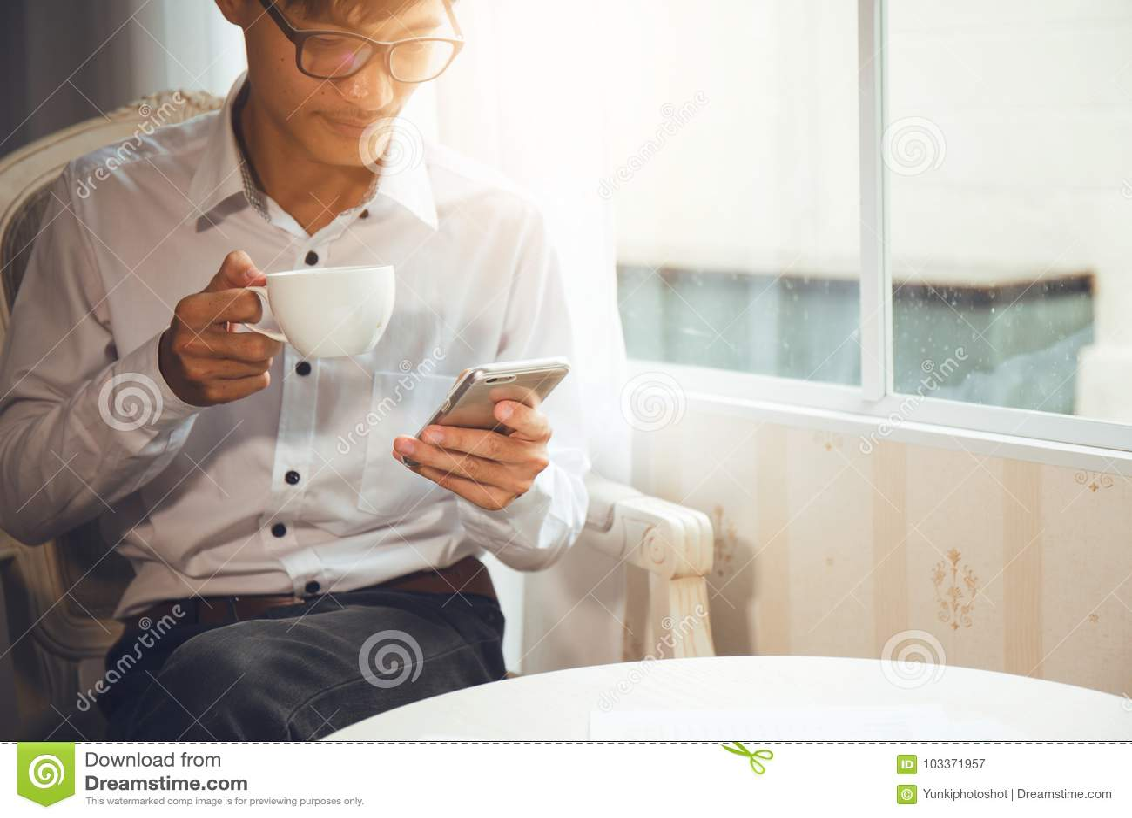 Zitting van de bedrijfsmensen de Aziatische nationaliteit bij koffie