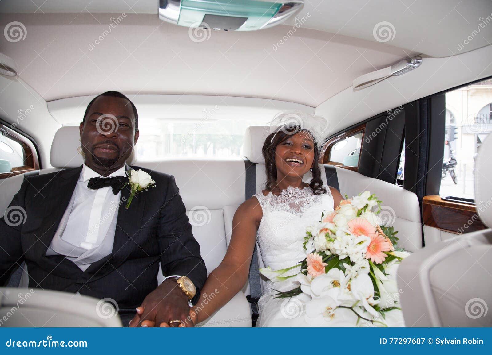 Zitting van het jonggehuwde de Afrikaanse paar in de auto