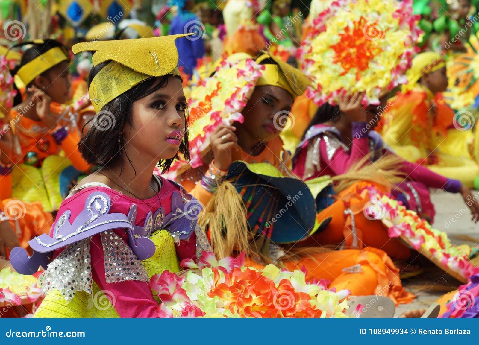 Zittingsdeelnemer in diverse kostuums van straatdanser