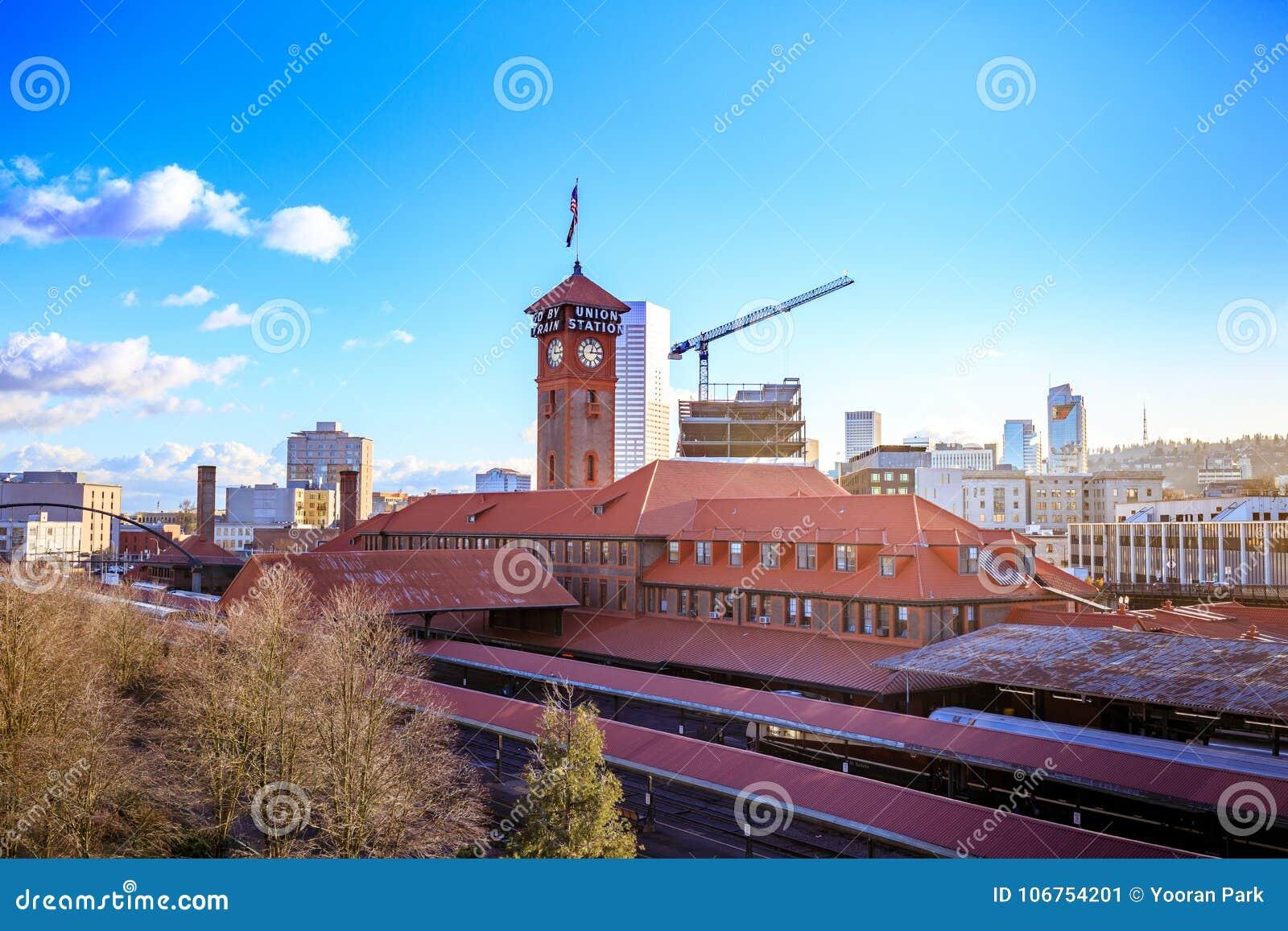 Zjednoczenie staci pociągu transportu Powikłanego budynku Zegarowy wierza