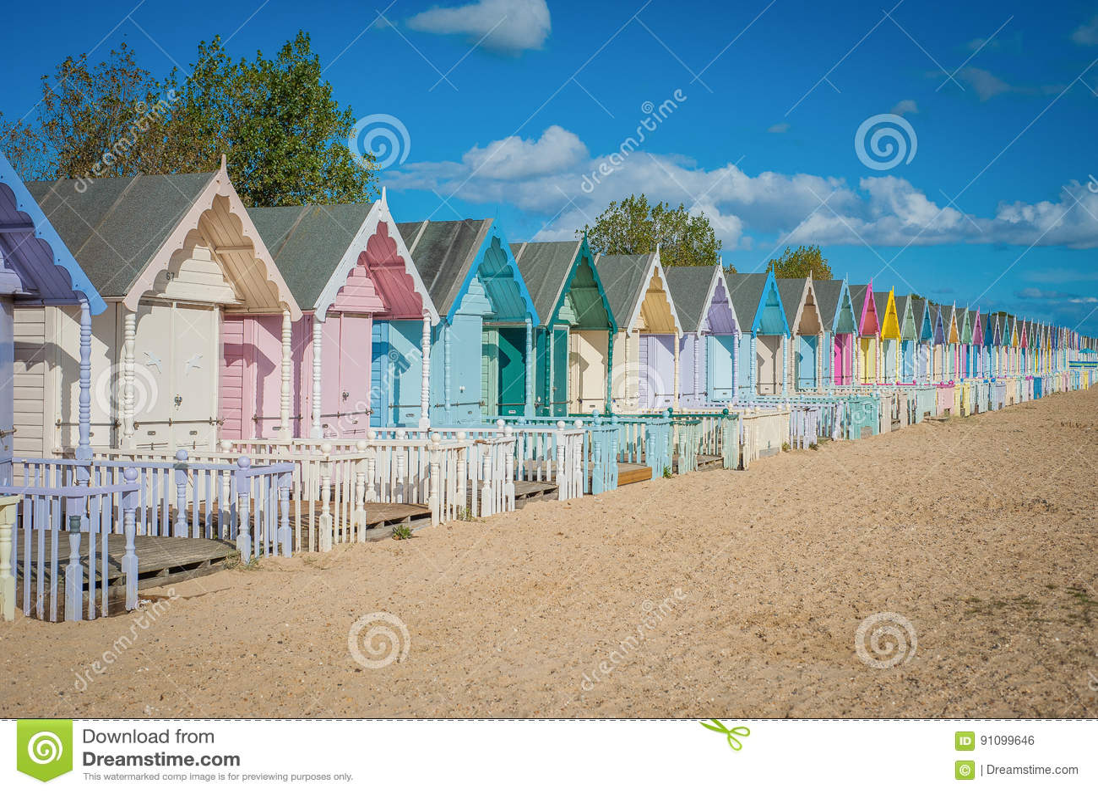 2016 Zjednoczone Królestwo Mersea kolorowi domy na brzegowej Pięknej szerokiej plaży z ciekawymi budynkami