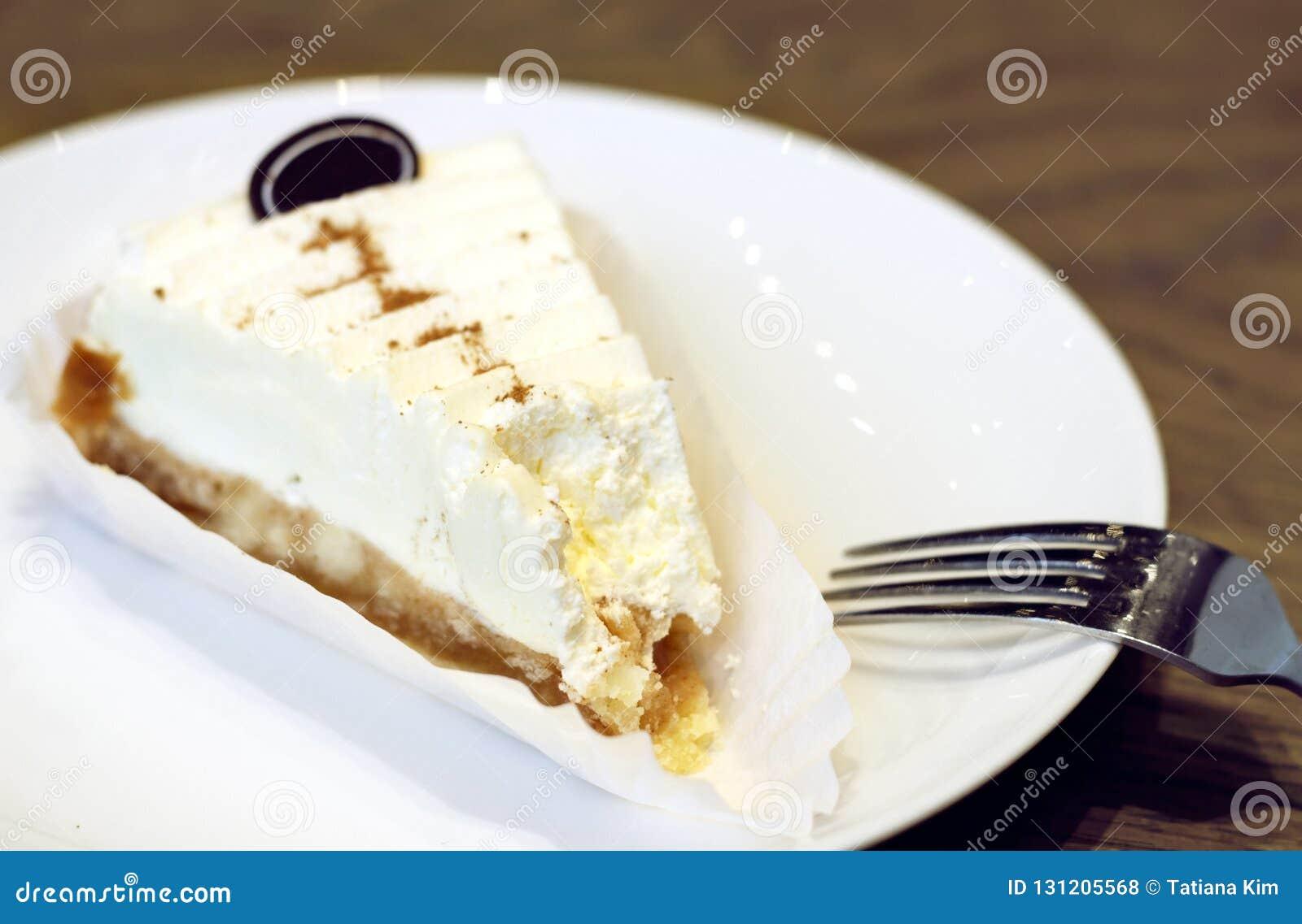 Zjedzony cheesecake na białym talerzu w górę