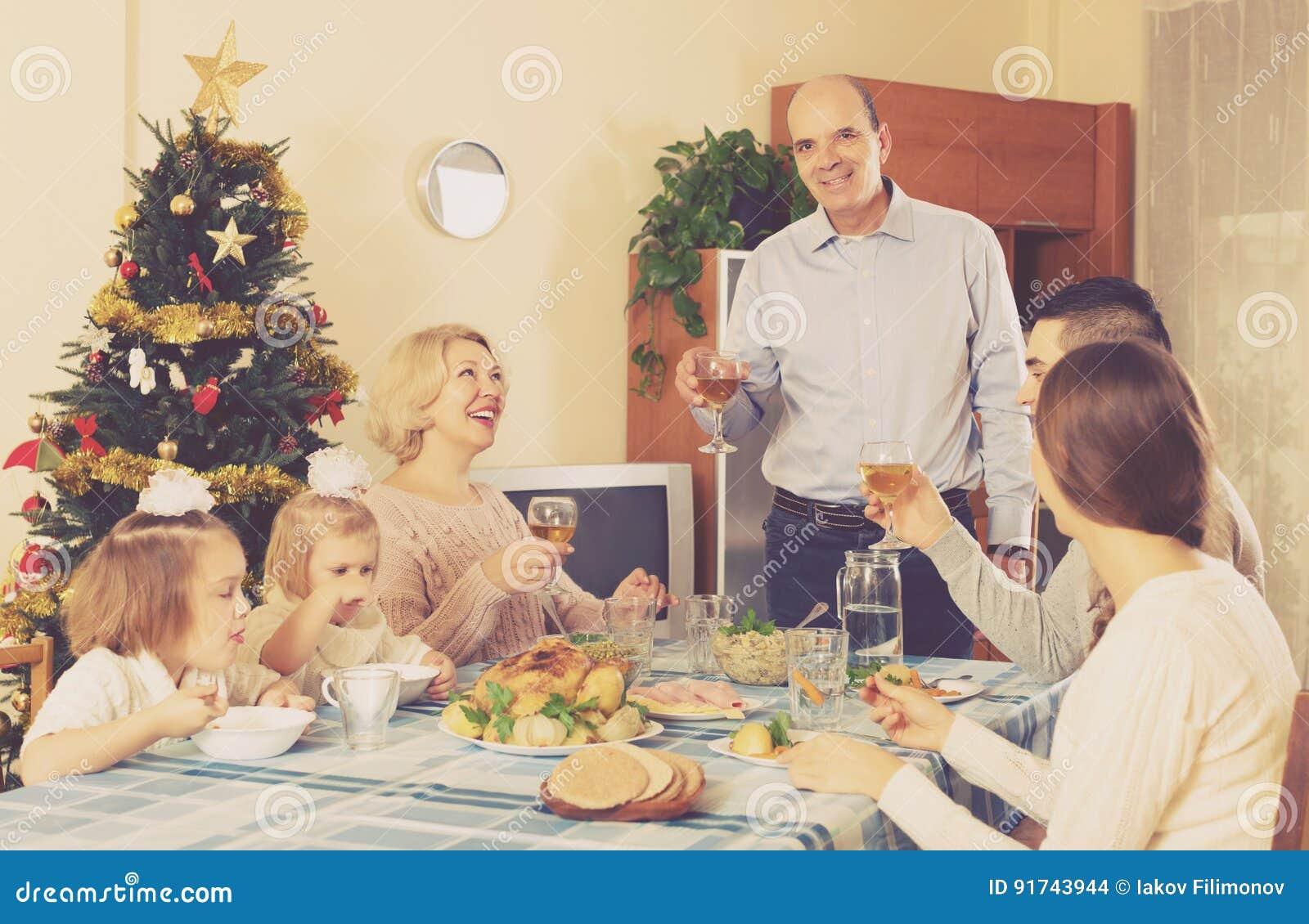 Zlana rodzina przy świątecznym stołem