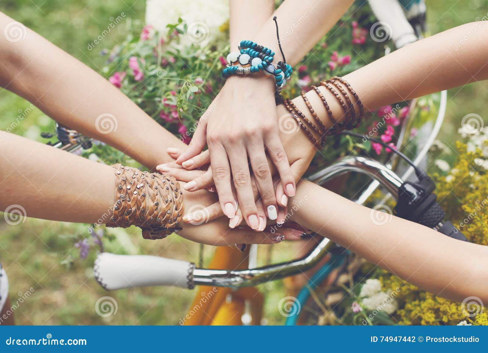 Zlane ręki dziewczyny zbliżenie, młode dziewczyny w boho bransoletkach