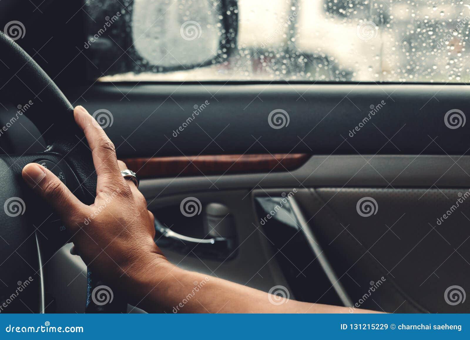 Zli warunek pogodowy na drodze w mieście - ulewa