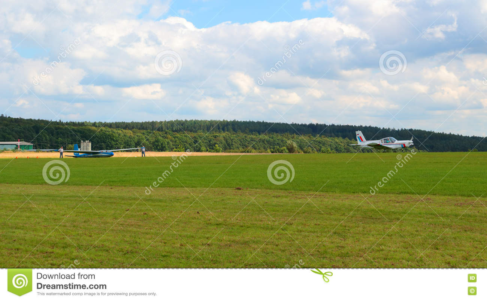 Zlin plat Z-42M se soulevant vers le haut du planeur L-13 Blanik