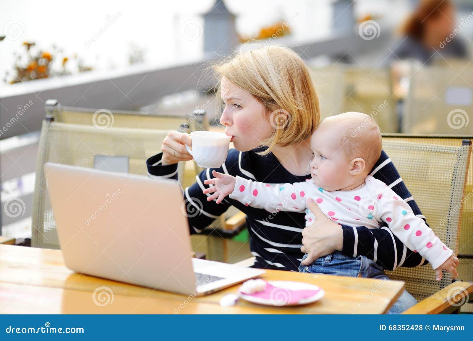 Zmęczeni potomstwa matkują mienia 6 miesięcy córka i pić kawa