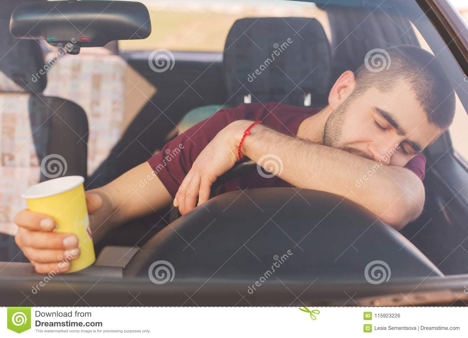 Zmęczenie przepracowywający się męczący męski kierowca długą wycieczkę w samochodzie, robi przerwie mieć odpoczynek, drzemkę na s