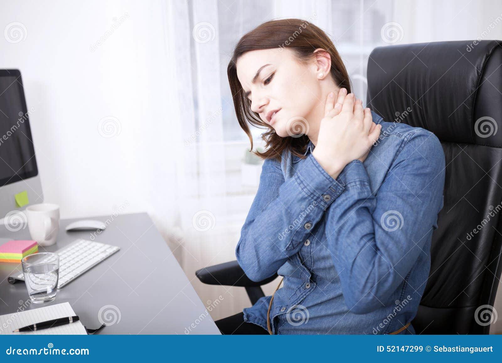 Zmęczona Młoda Biurowa dziewczyna Trzyma jej szyję