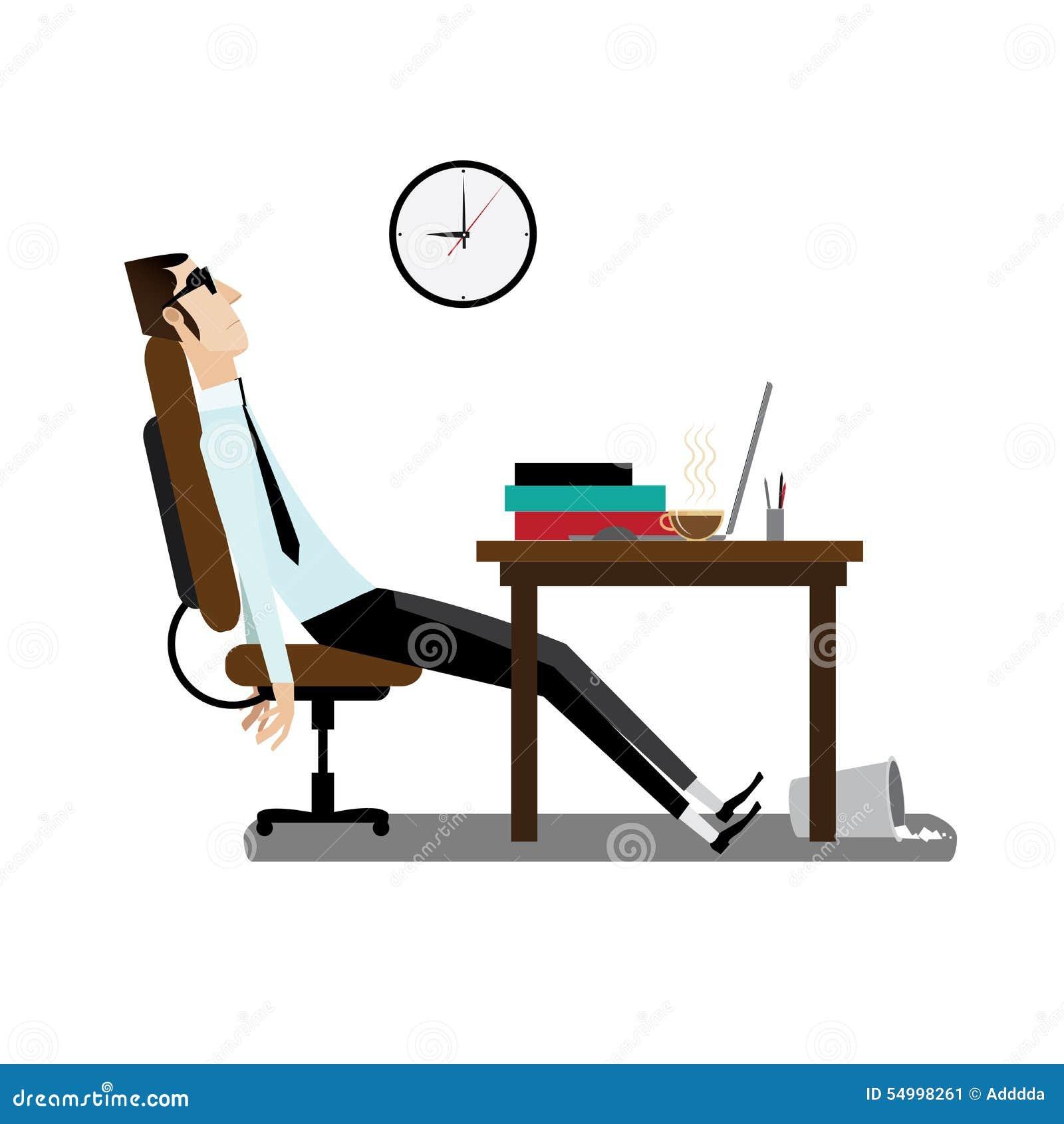 Zmęczony biurowy mężczyzna obsiadanie przy biurkiem