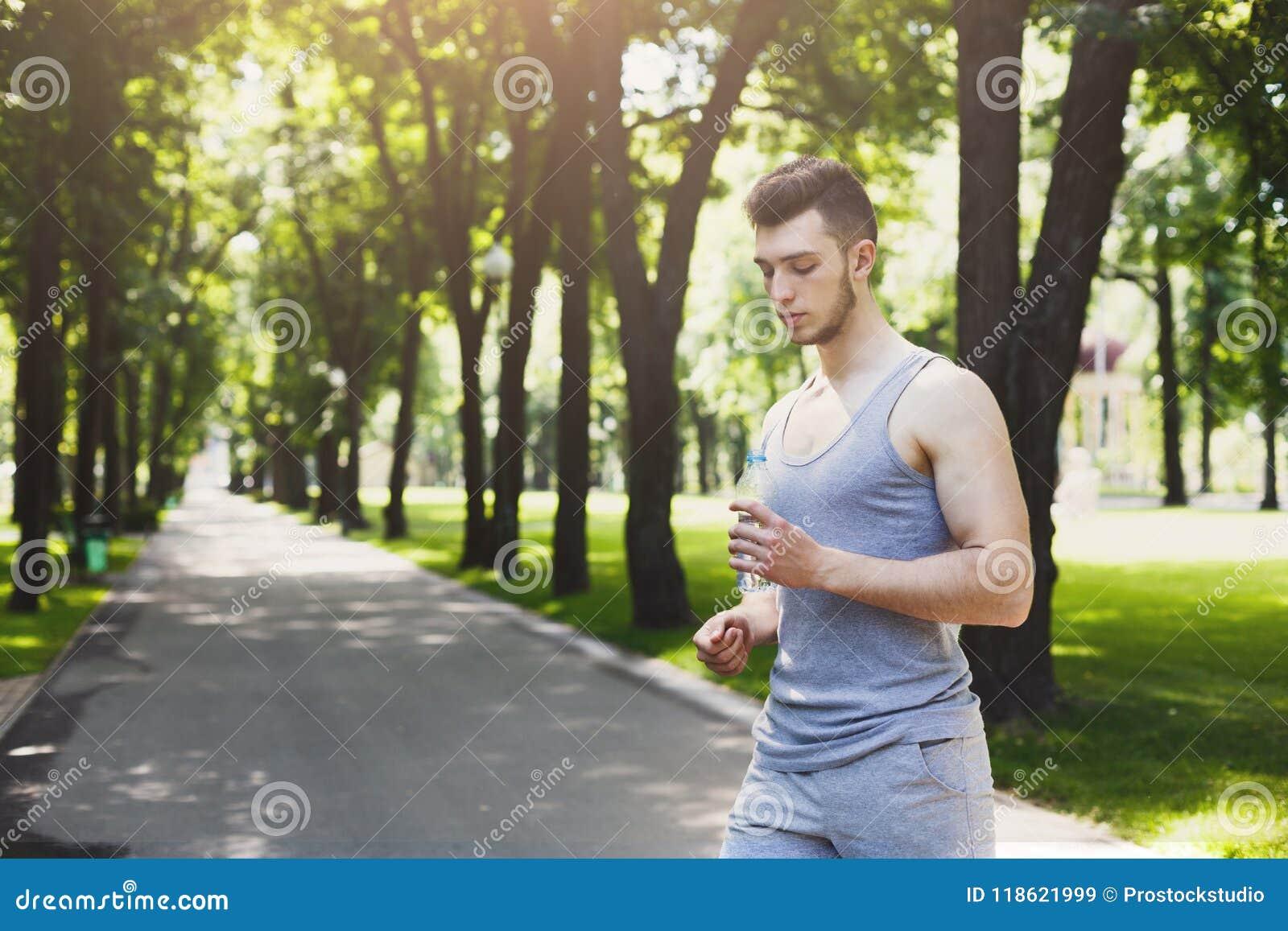 Zmęczony mężczyzna biegacz bierze biegającą przerwę
