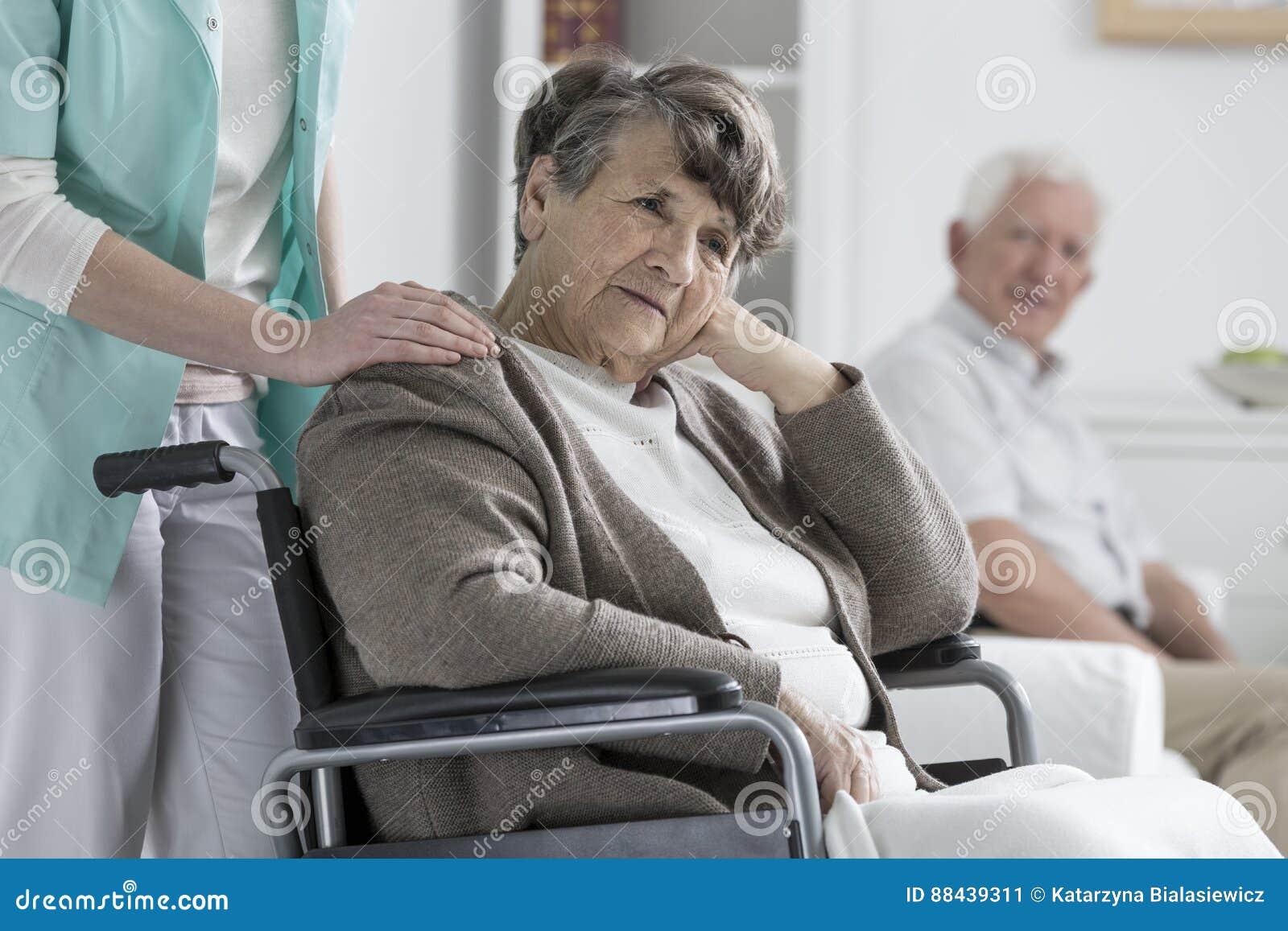 Zmartwiona stara kobieta