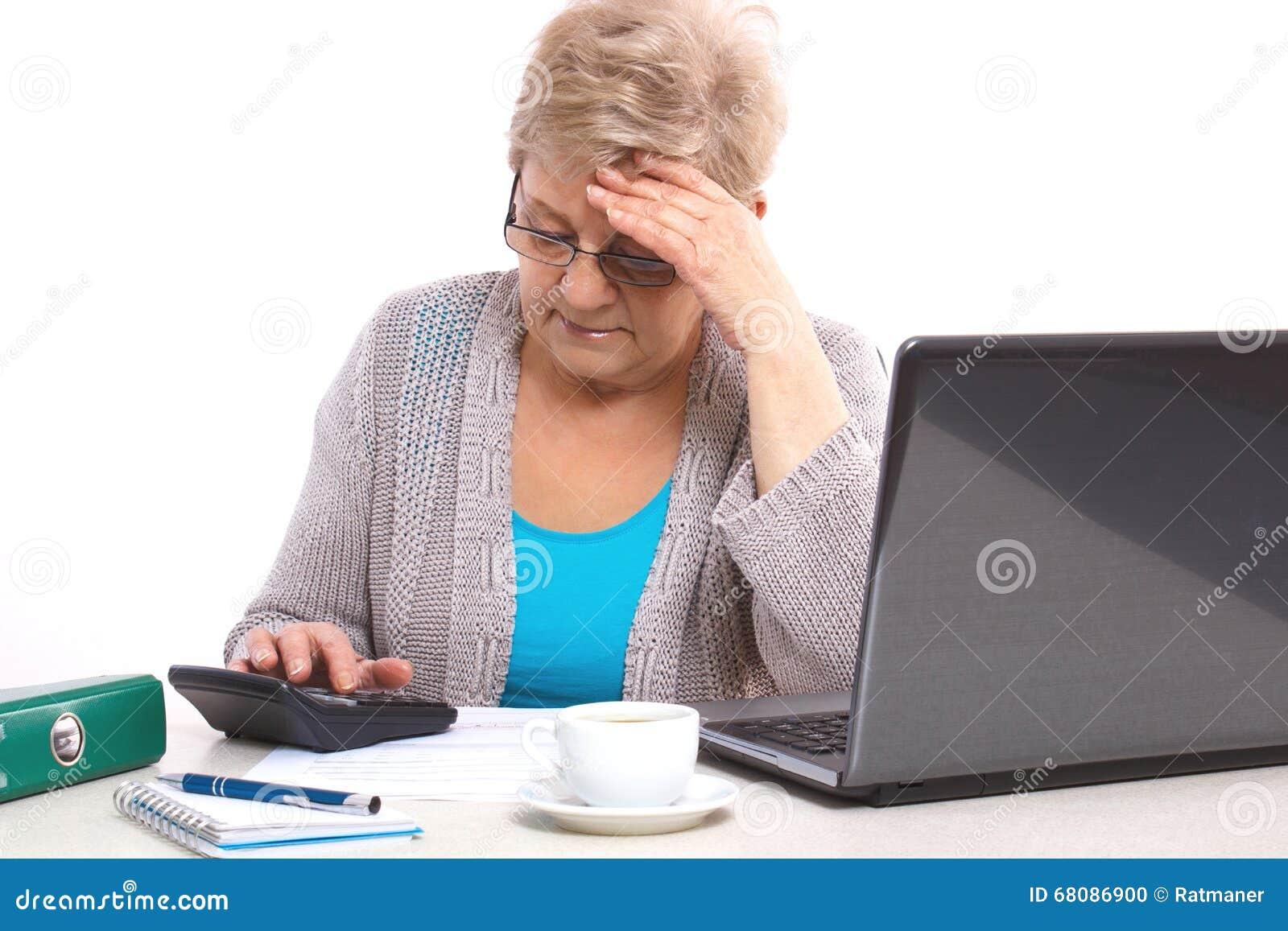 Zmartwionej starszej starszej kobiety odliczający rachunek za usługę komunalną przy ona do domu, pieniężna ochrona w starości