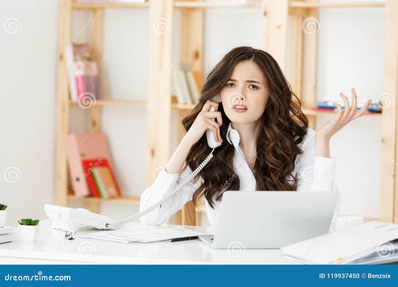 Zmartwionej zaakcentowanej przygnębionej urzędnik biznesowej kobiety odbiorczej złej wiadomości przeciwawaryjna rozmowa telefonic