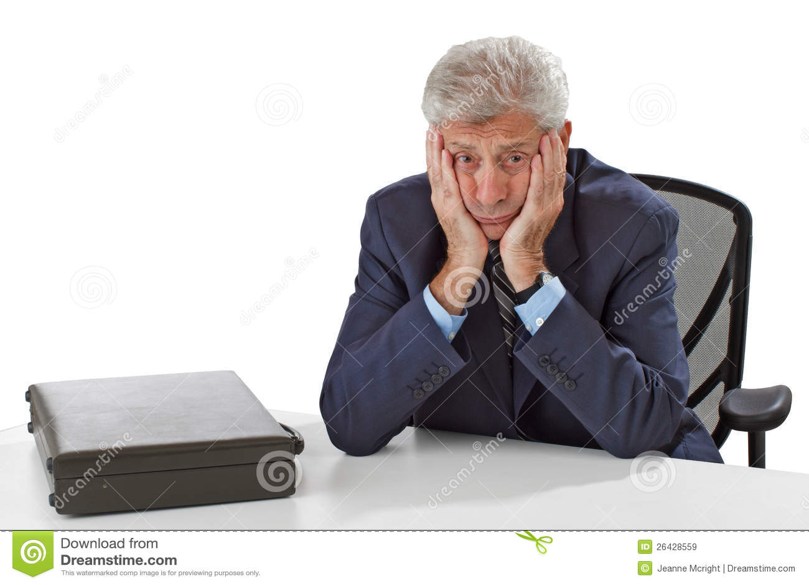 Zmartwiony biznesowy mężczyzna odpoczywa podbródek na rękach