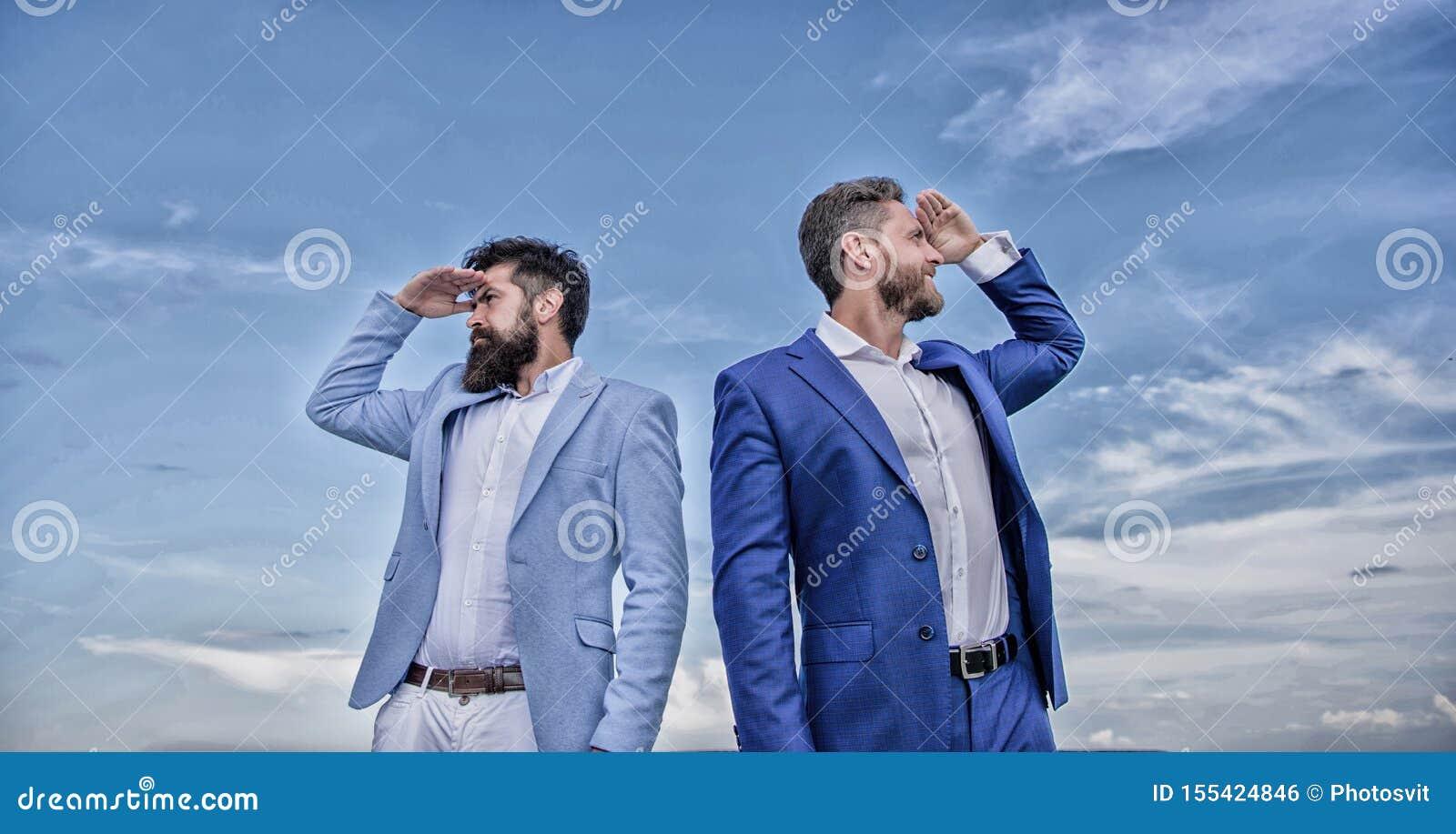 Zmiana kursu Nowi biznesowi kierunki Rozwija biznesowy kierunek Biznesmen brodate twarze stoj? z powrotem popiera?
