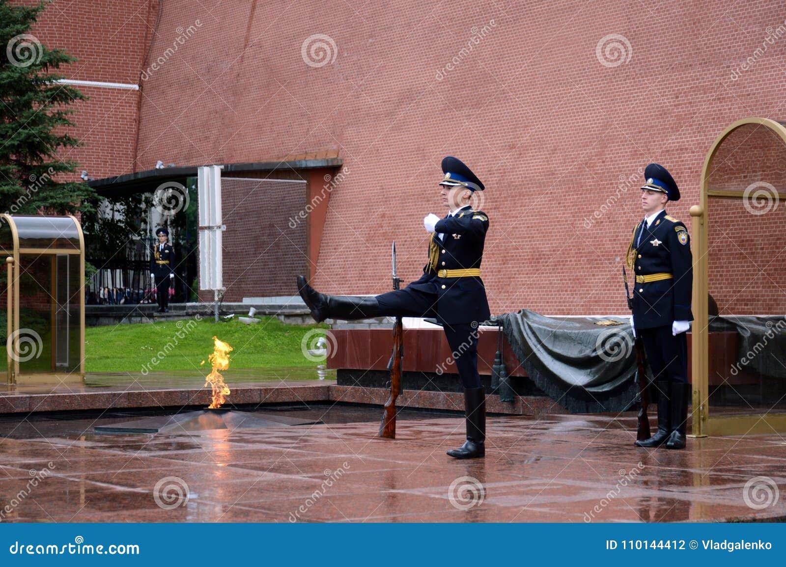 Zmiana strażnik honor przy grób niewiadomy żołnierz w Aleksander ogródzie