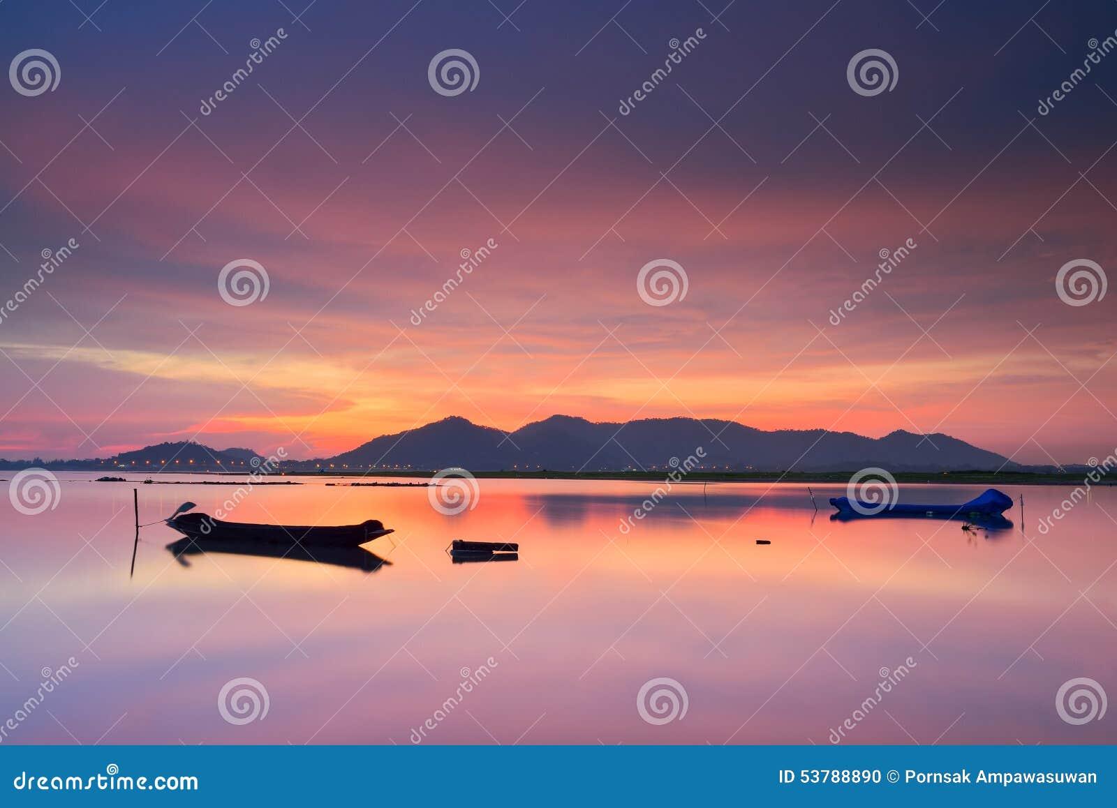 Zmierzch i jezioro