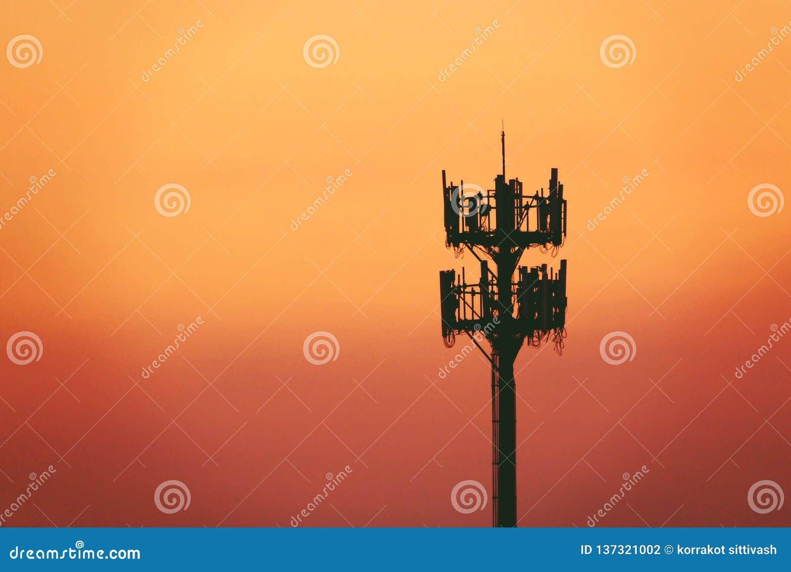 Zmierzch i Wysoki maszt z komórkową anteną