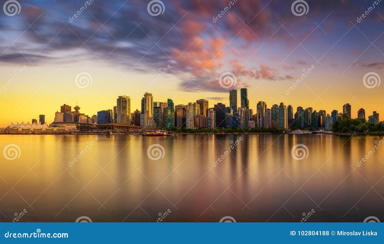 Zmierzch linia horyzontu Vancouver śródmieście od Stanley parka