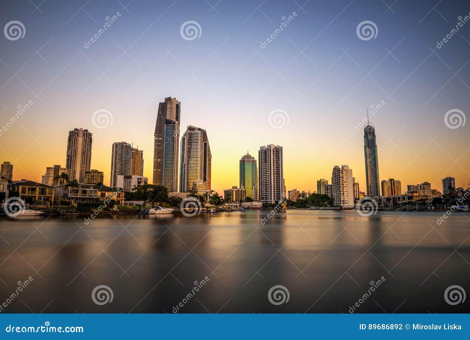Zmierzch linia horyzontu złota wybrzeża śródmieście w Queensland, Australia