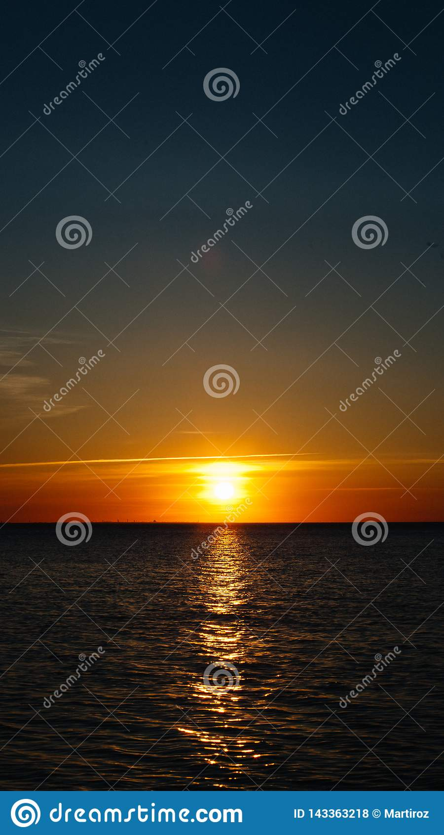 Zmierzch lub świt przy morzem Czarny denny brzeg Mobilny Screensaver, Pionowo układ, natury tapeta Piękni kolory, Morski temat