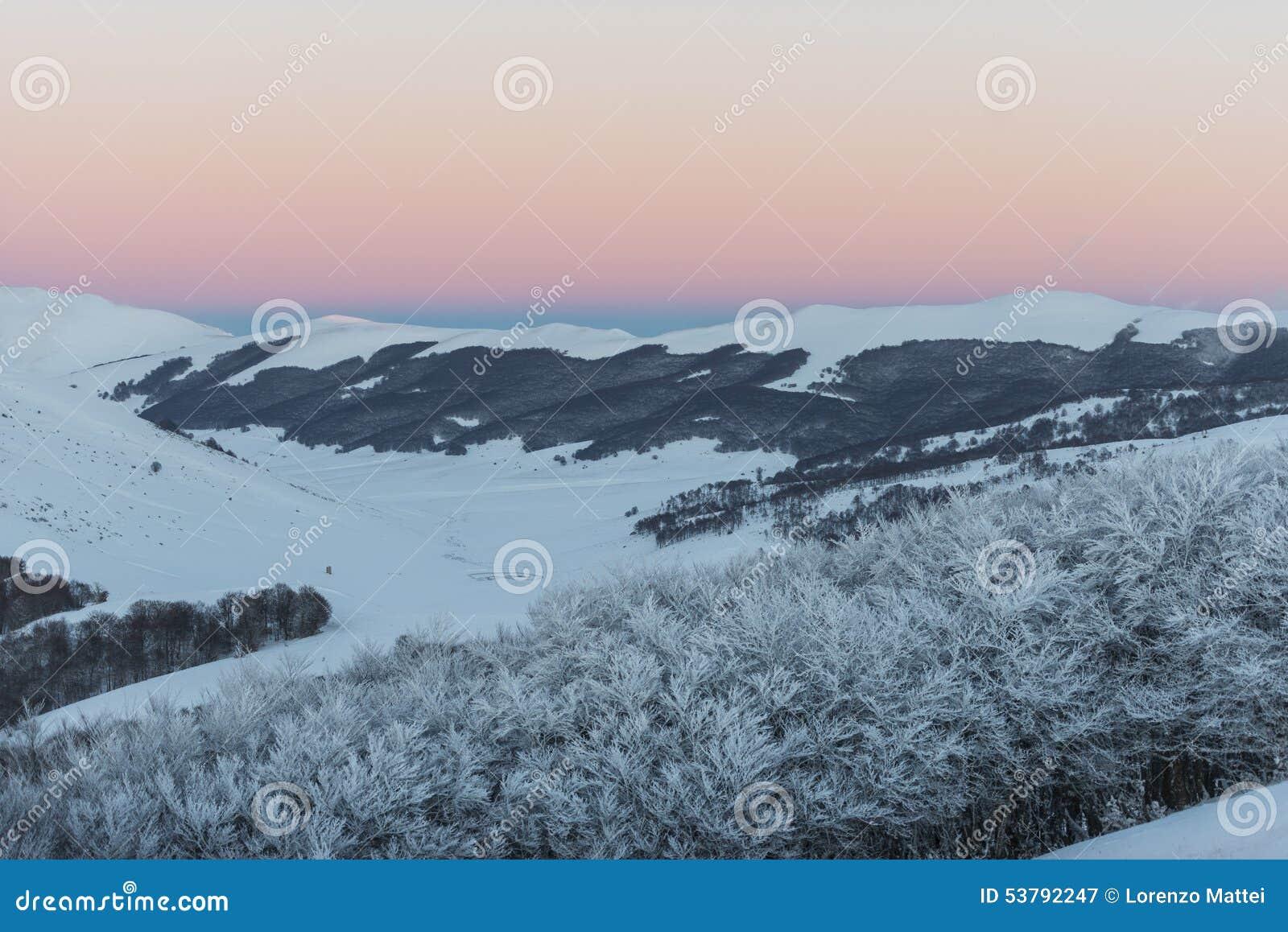 Zmierzch na górach w zimie z śniegiem, Sibillini góry