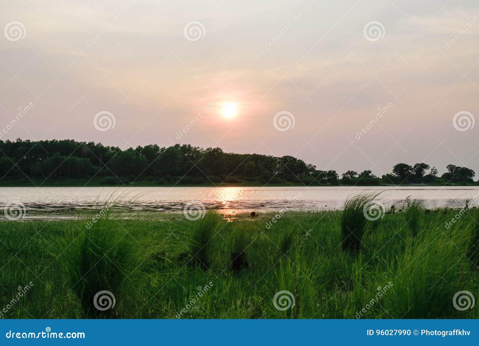 Zmierzch na jeziorze w lecie