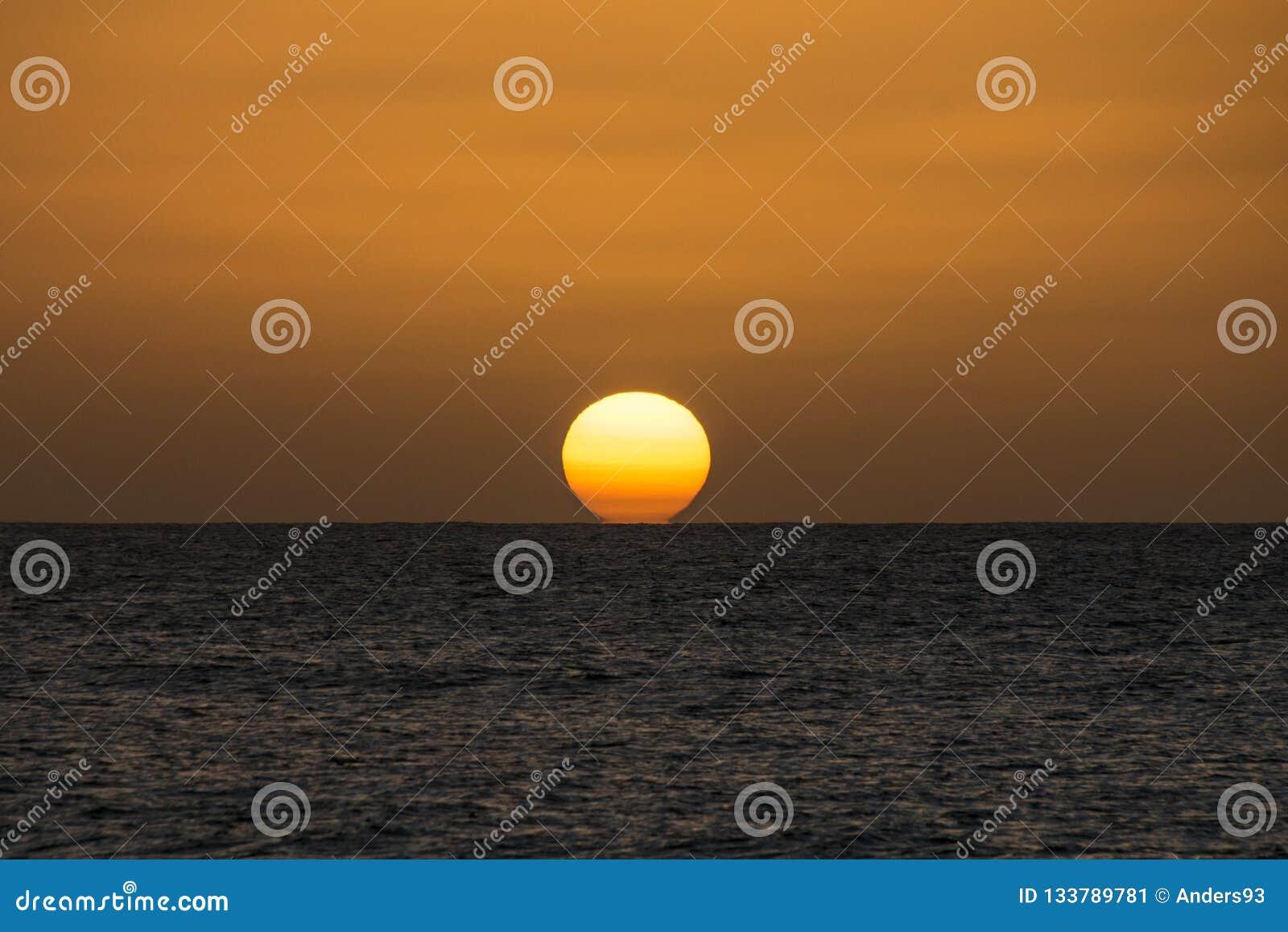 Zmierzch nad Atlantyckim oceanem od boa vista, przylądek Verde, Afryka