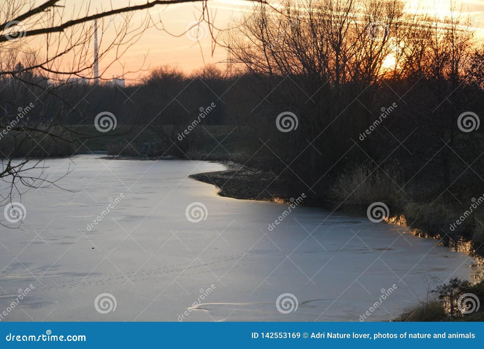 Zmierzch nad jezioro przy końcówką zima